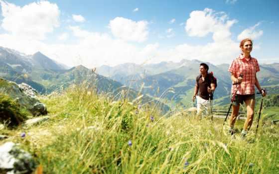 Прогулка в горах на травяных лыжах