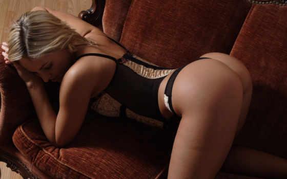 девушка корсет, дамское белье, диван, предмет нижнего белья, нога, бедро, красота, белокурый, сексуальное белье, эротика,