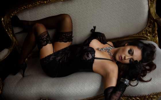 , черное белье, чулки, бусы, брюнетка, девушка лежит,