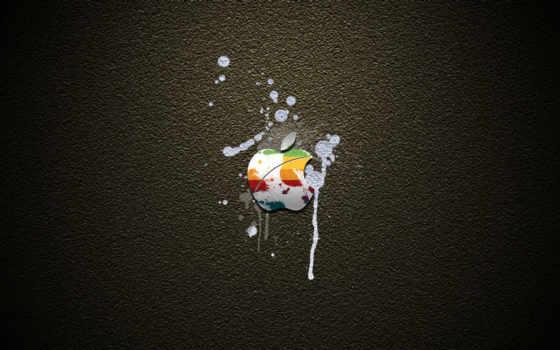 эпл на серой штукатурке, забрызганый белой краской