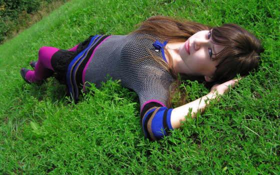 брюнетка на траве