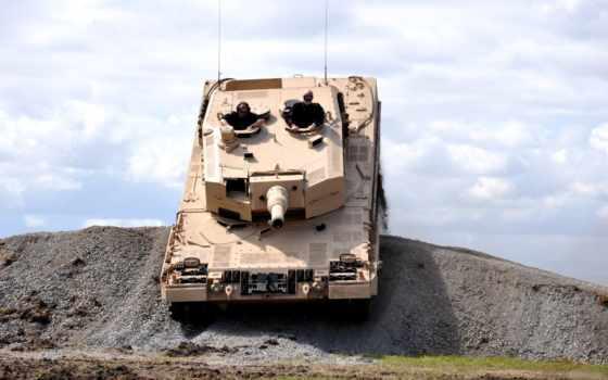 Leopard форсирует препятствие