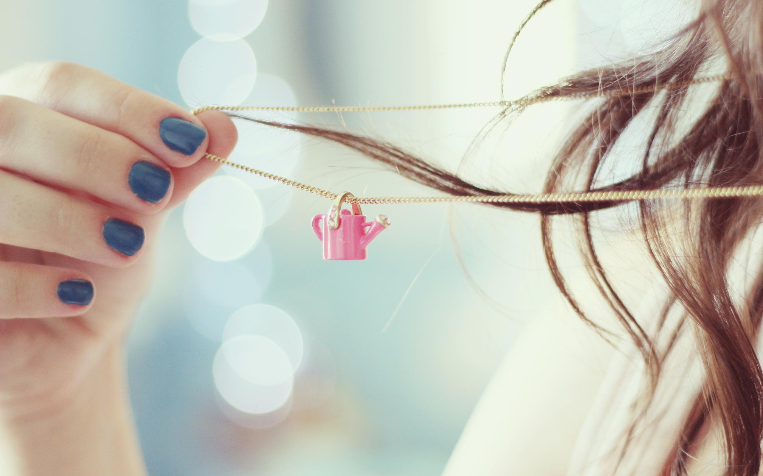 девушка маникюр руки волосы загрузить