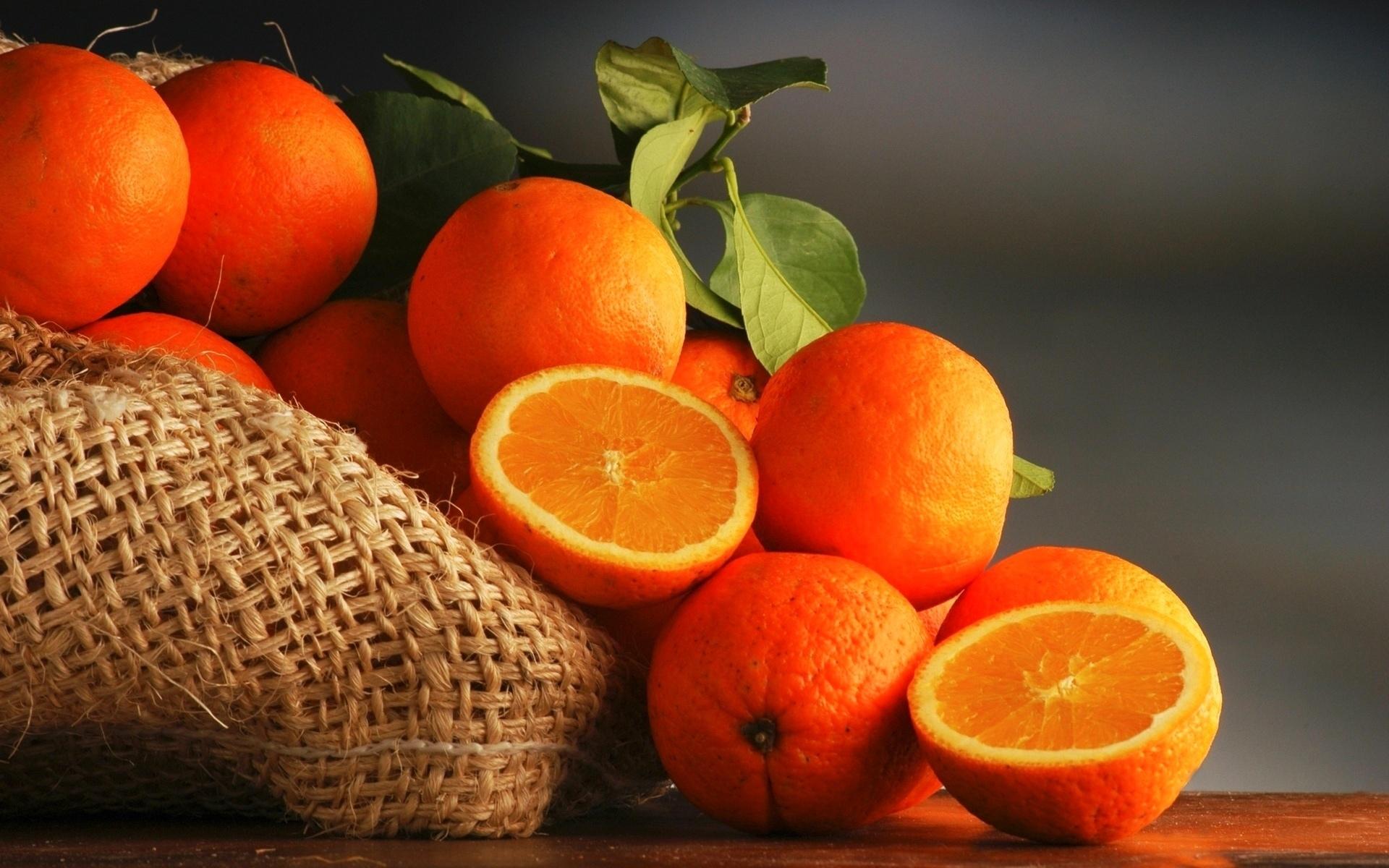 Девушка под апельсиновым деревом бесплатно
