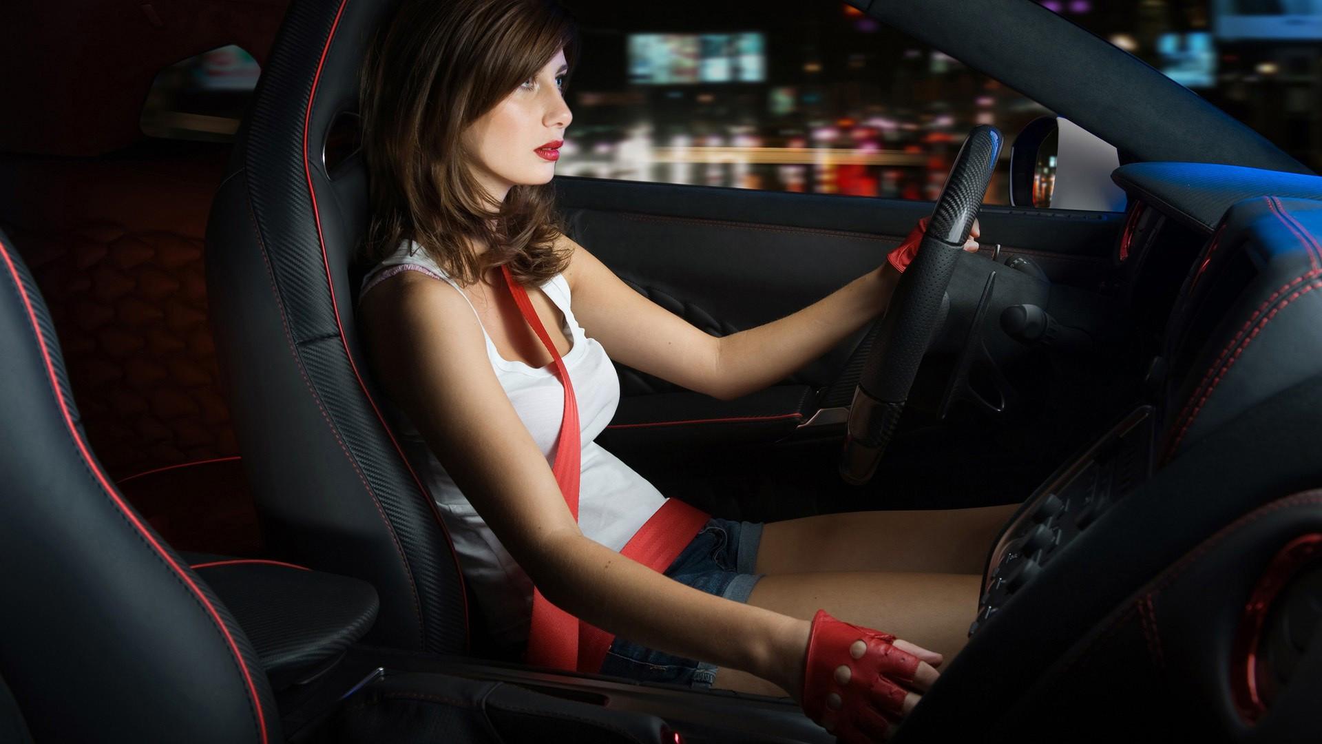 Девушка за рулем Nissan GTR смотреть
