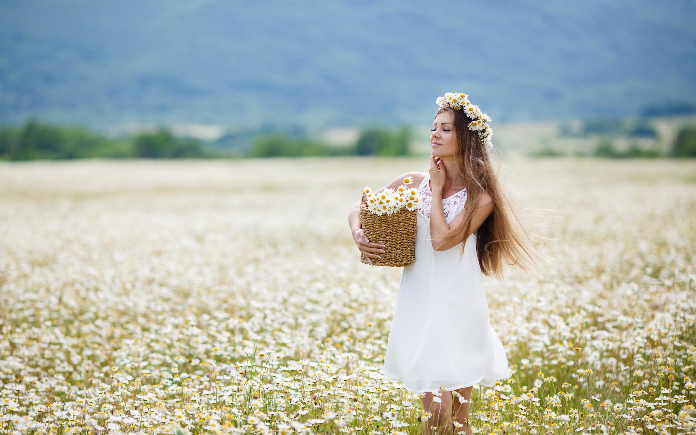 девочка, поле, ромашки, венок, букет скачать