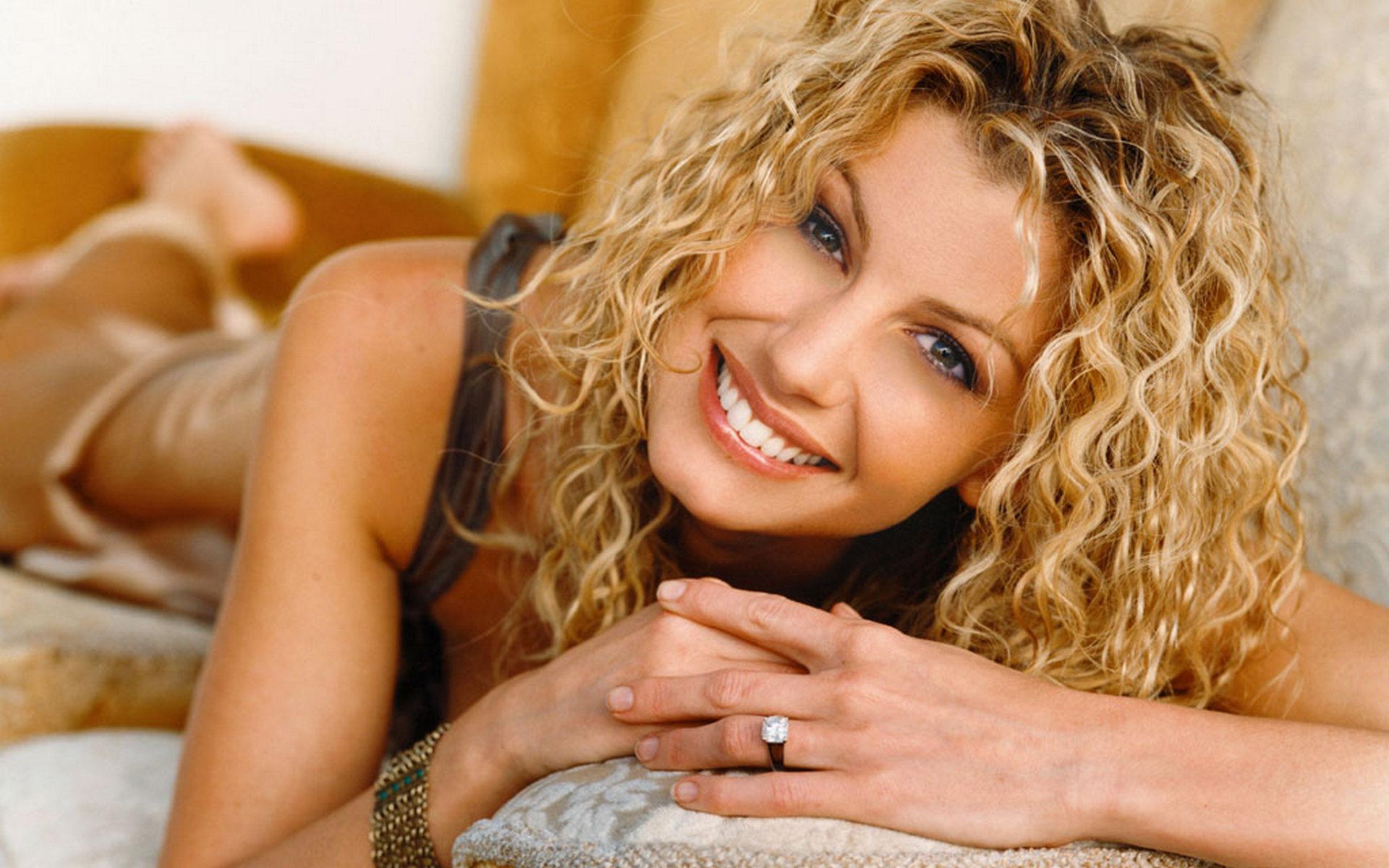 Блондинка улыбка кучерявая  № 1376712  скачать