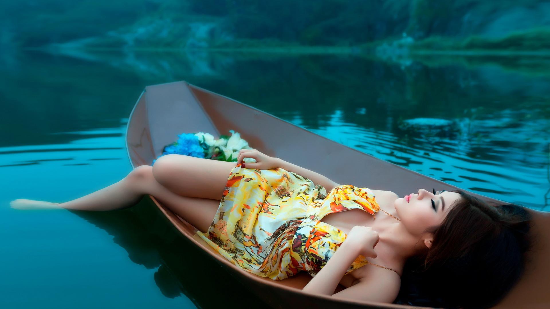Девушка на лодке на телефон
