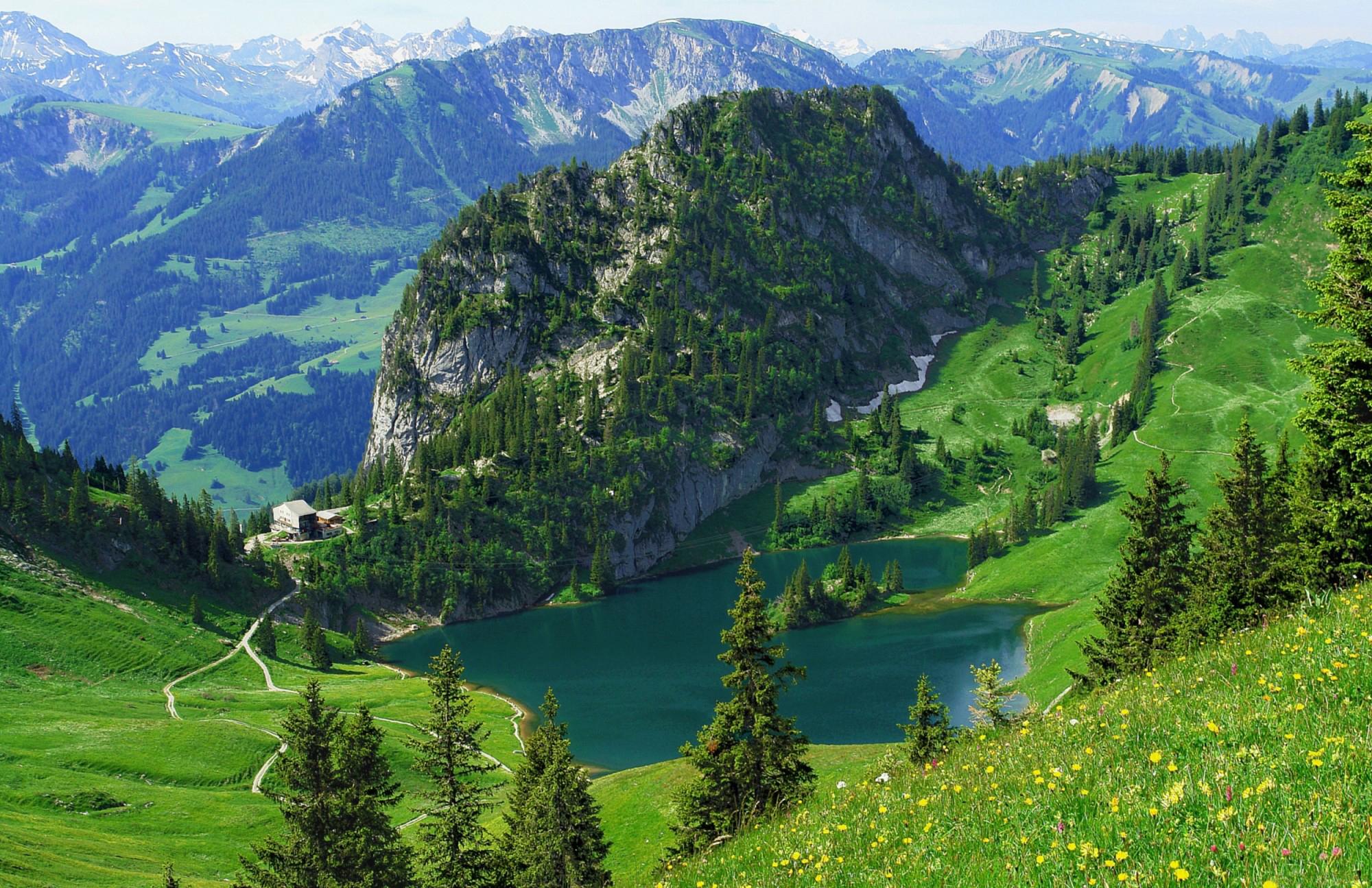 Озеро у подножья горы загрузить