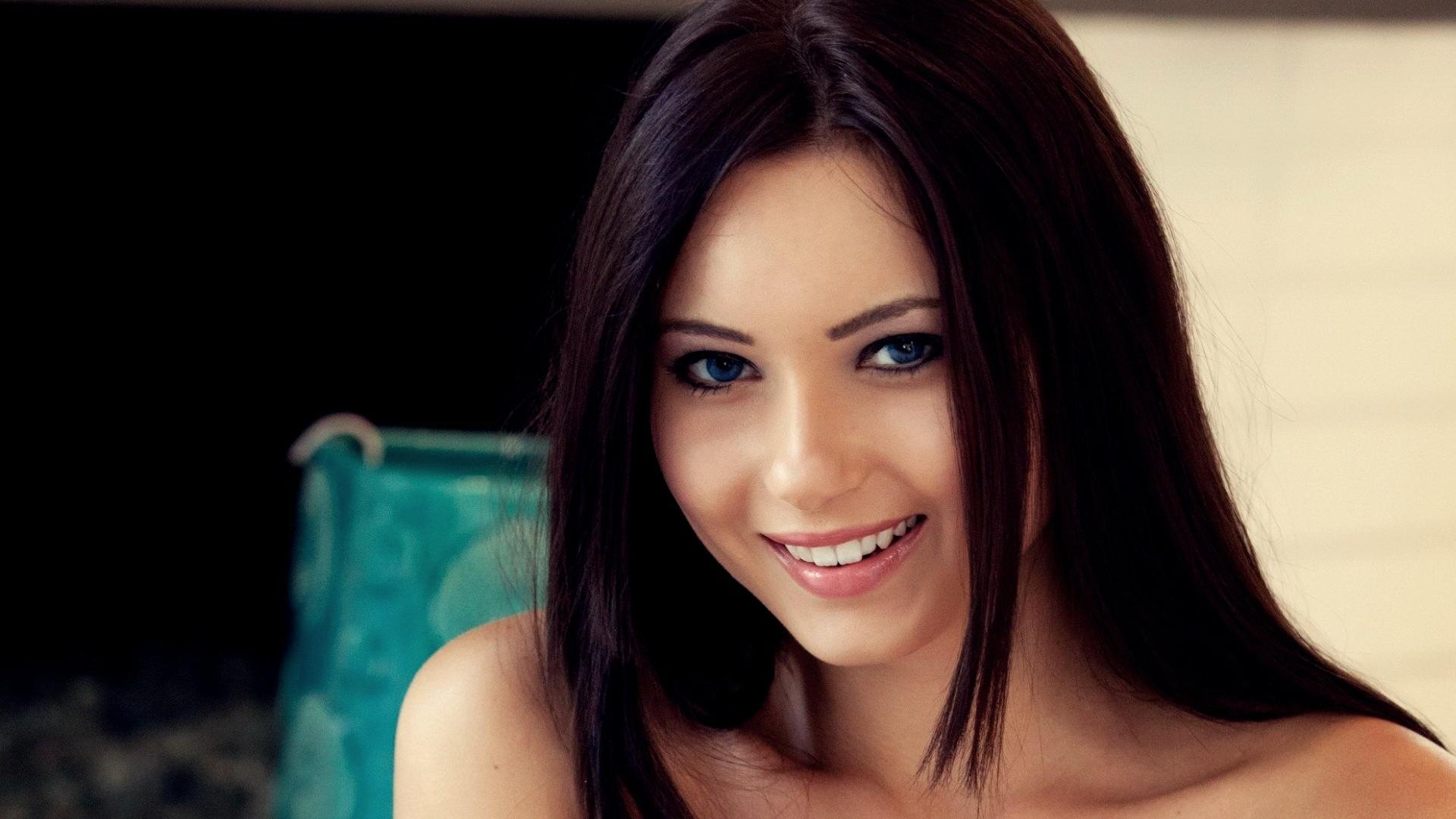 улыбчивая девушка с пилоткой  № 2351042  скачать