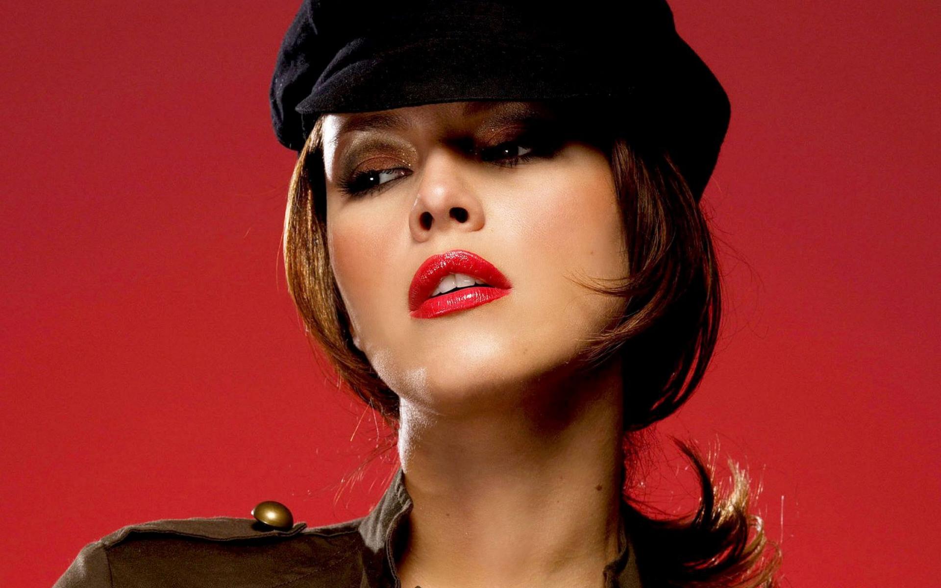 девушка красная шапка брюнетка лицо загрузить