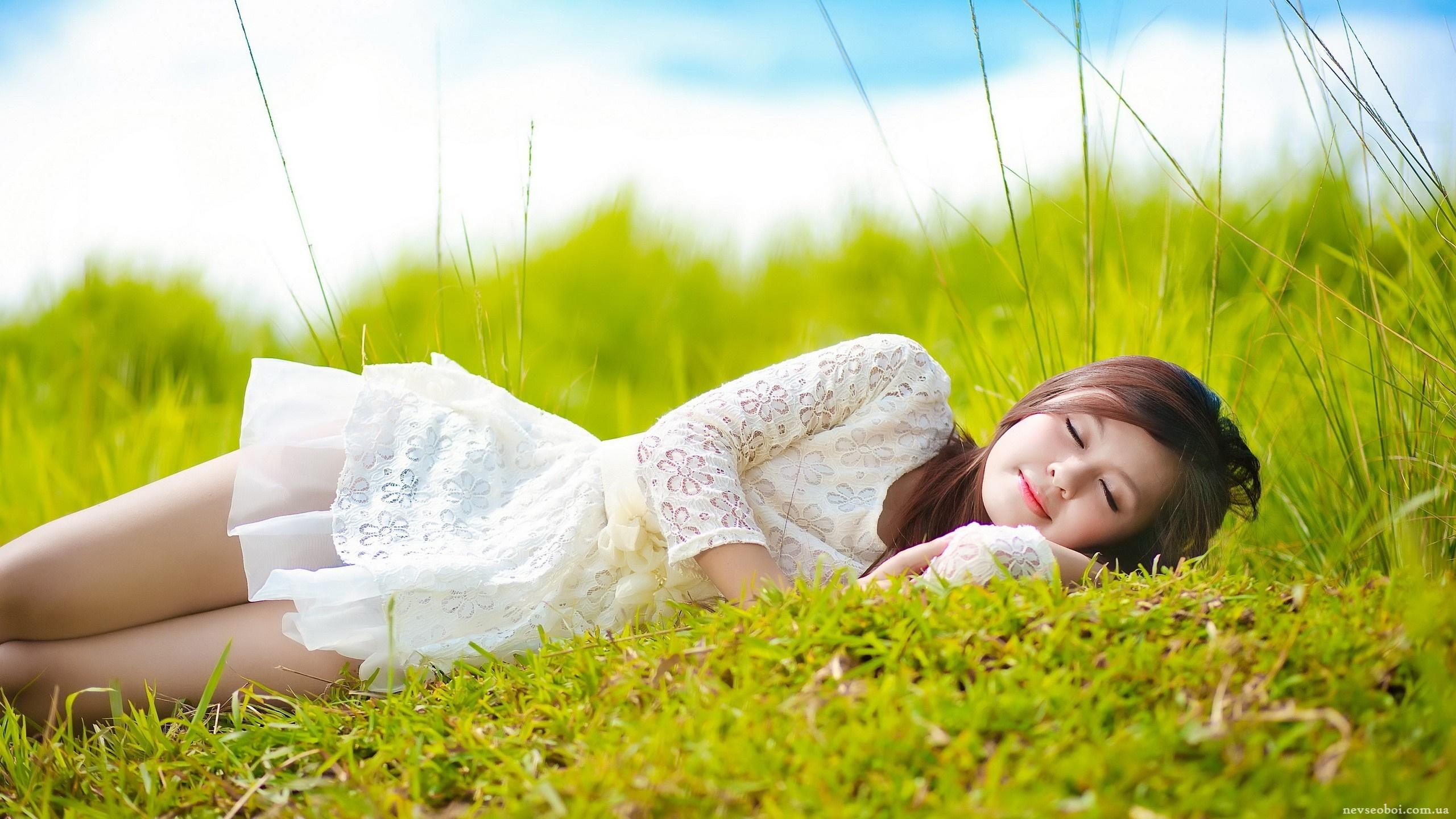 Девушка в траве  № 559860 без смс