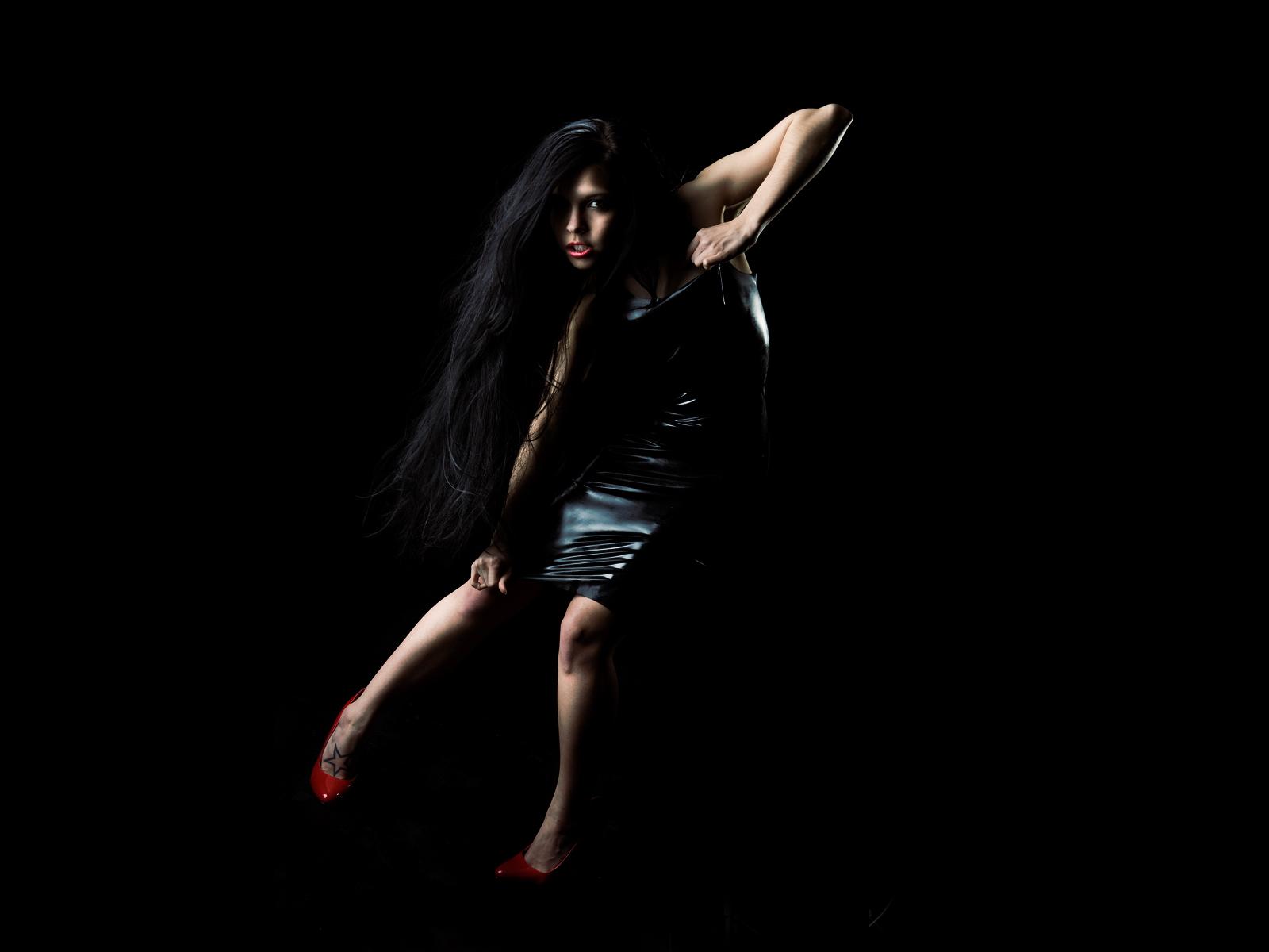 девушка брюнетка черное платье бесплатно