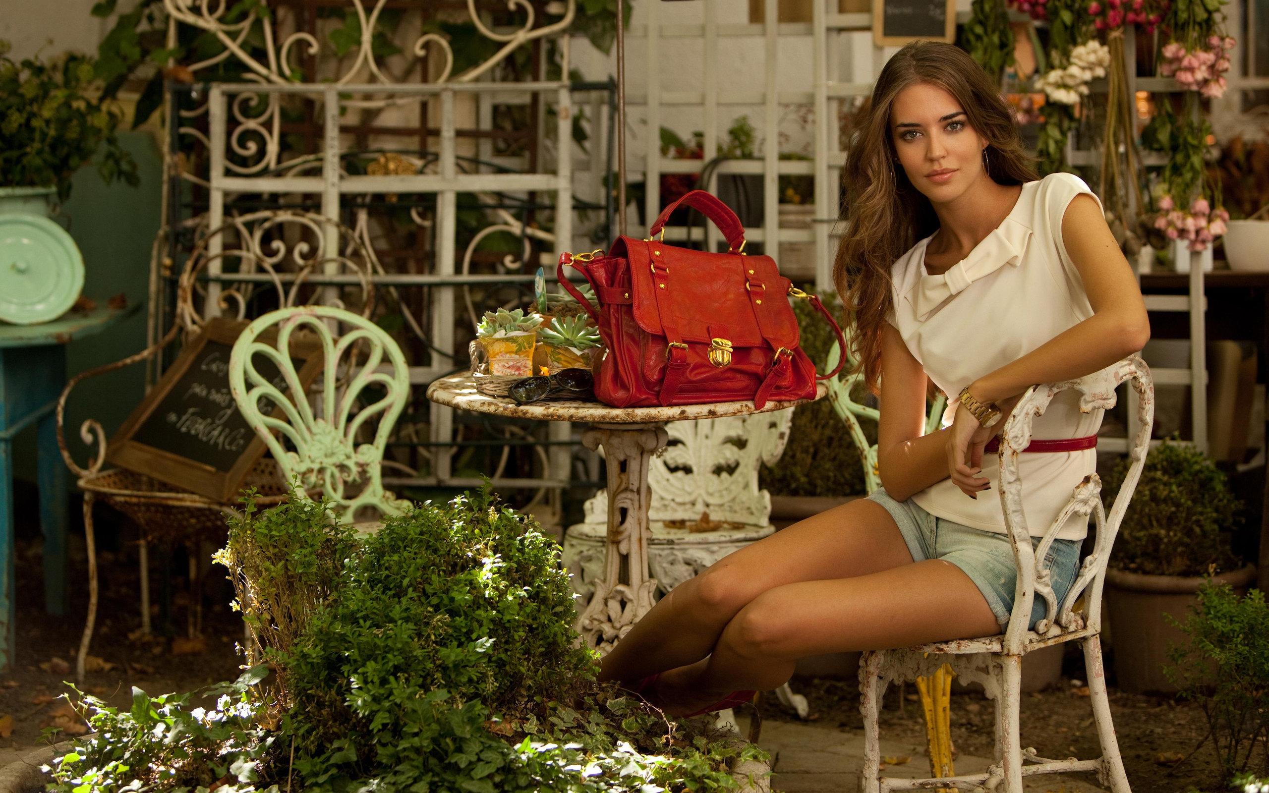 девушка на скамейке с сумкой и фотоаппаратом  № 2676818 бесплатно