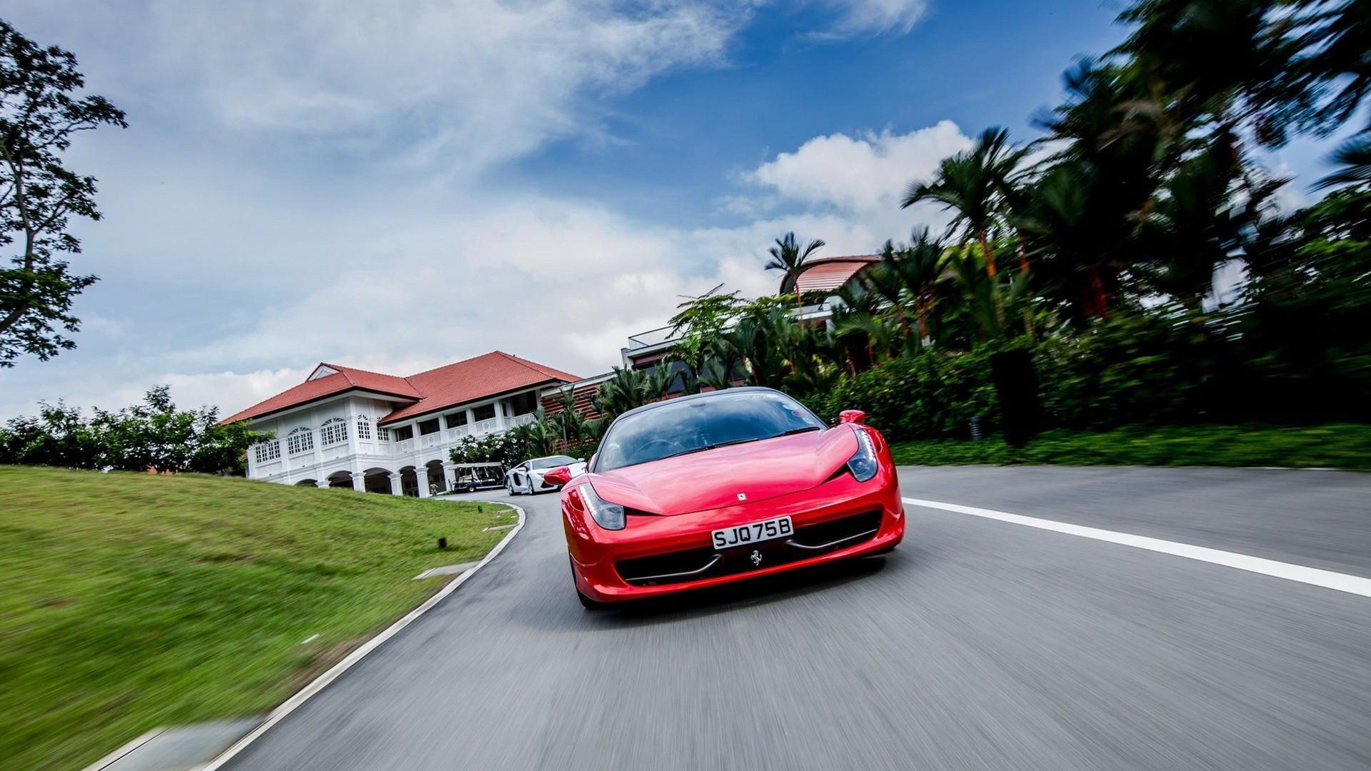 красный автомобиль ferrari анонимно