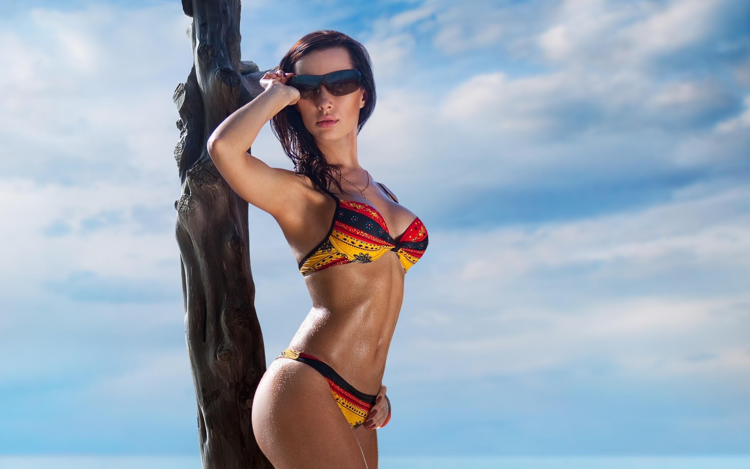 Девушка пляж купальник очки без смс