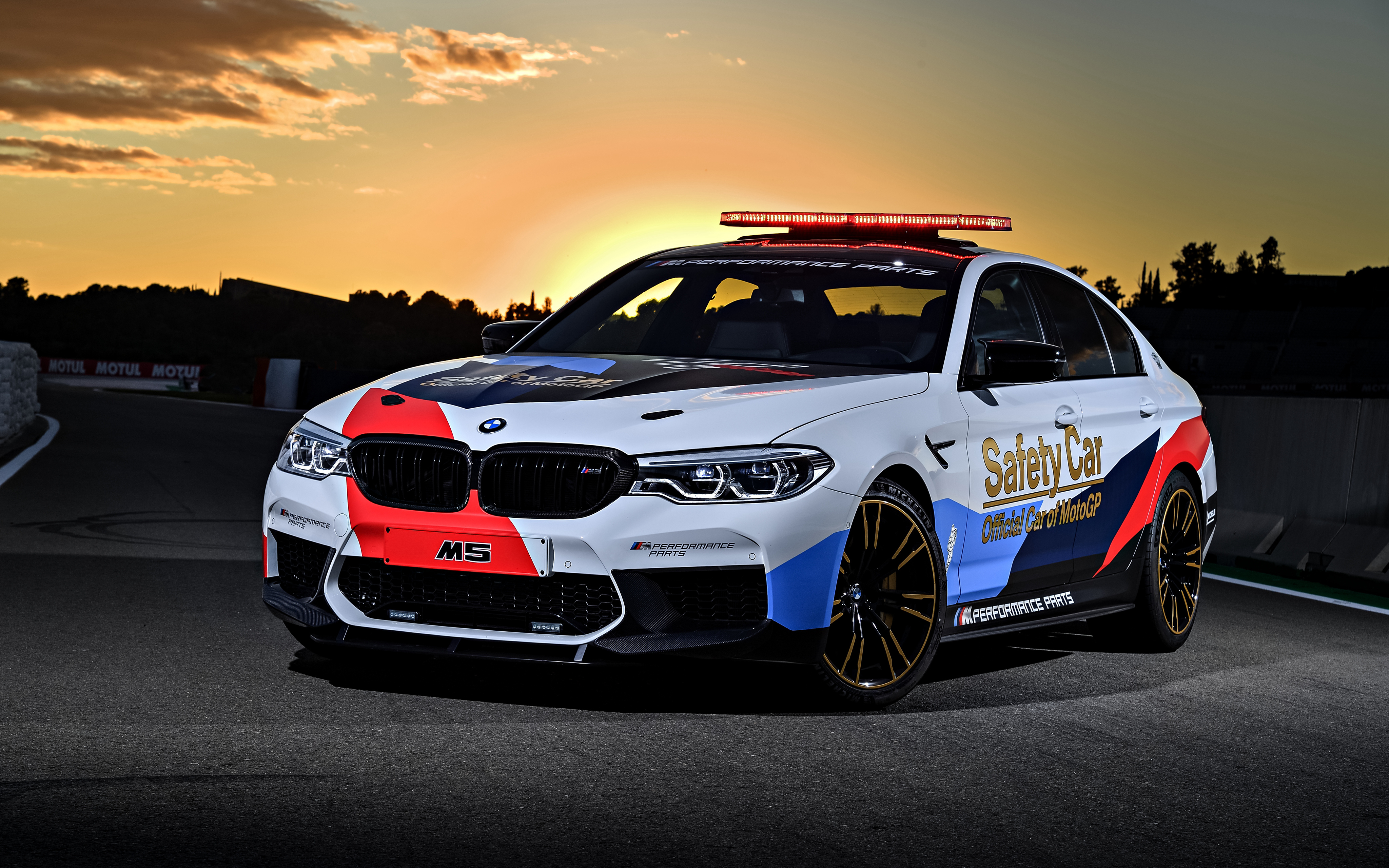 Белый BMW M5  № 445179 загрузить