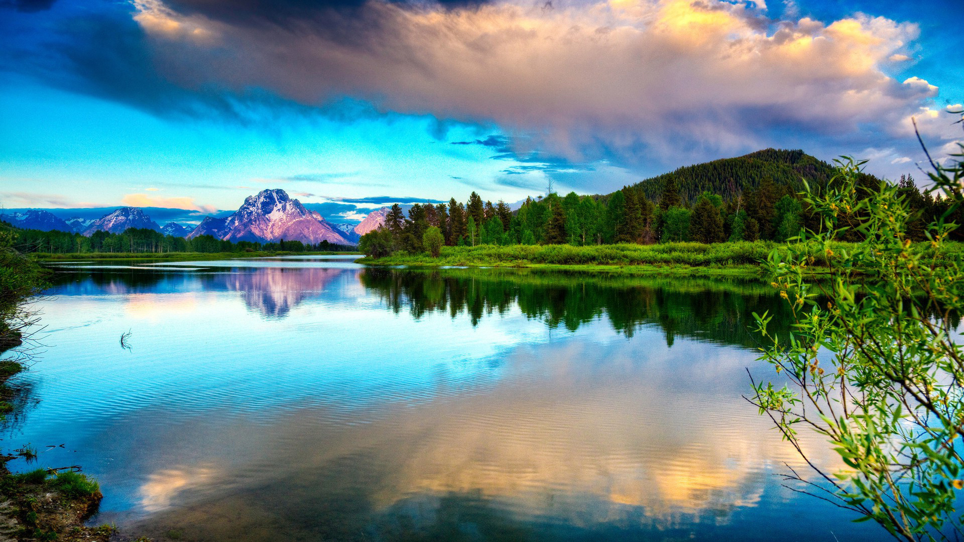 Облака над озером, галька, горы, лес  № 2950423 без смс