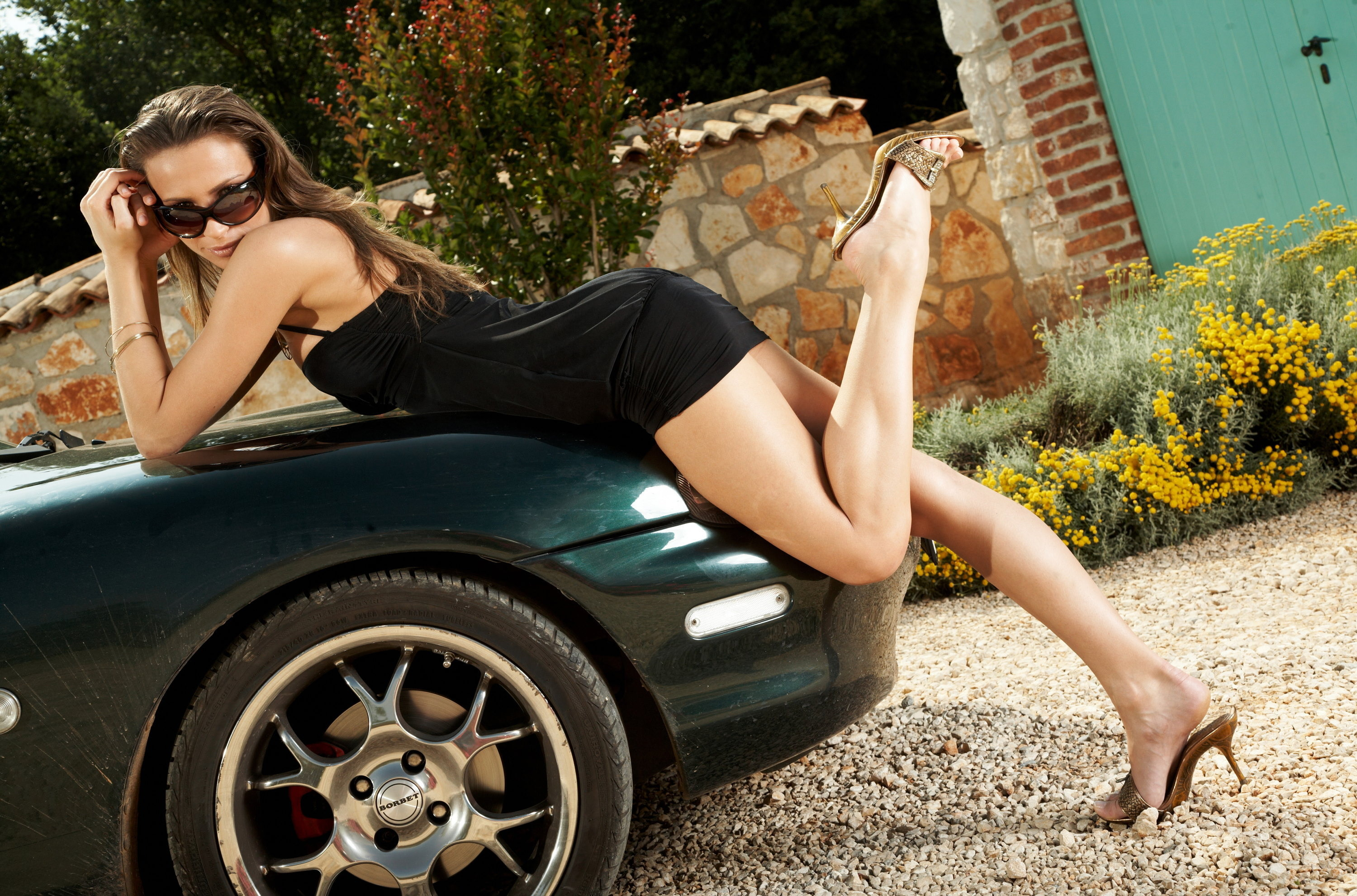 masked men are banging two slutty babes on the car  504429