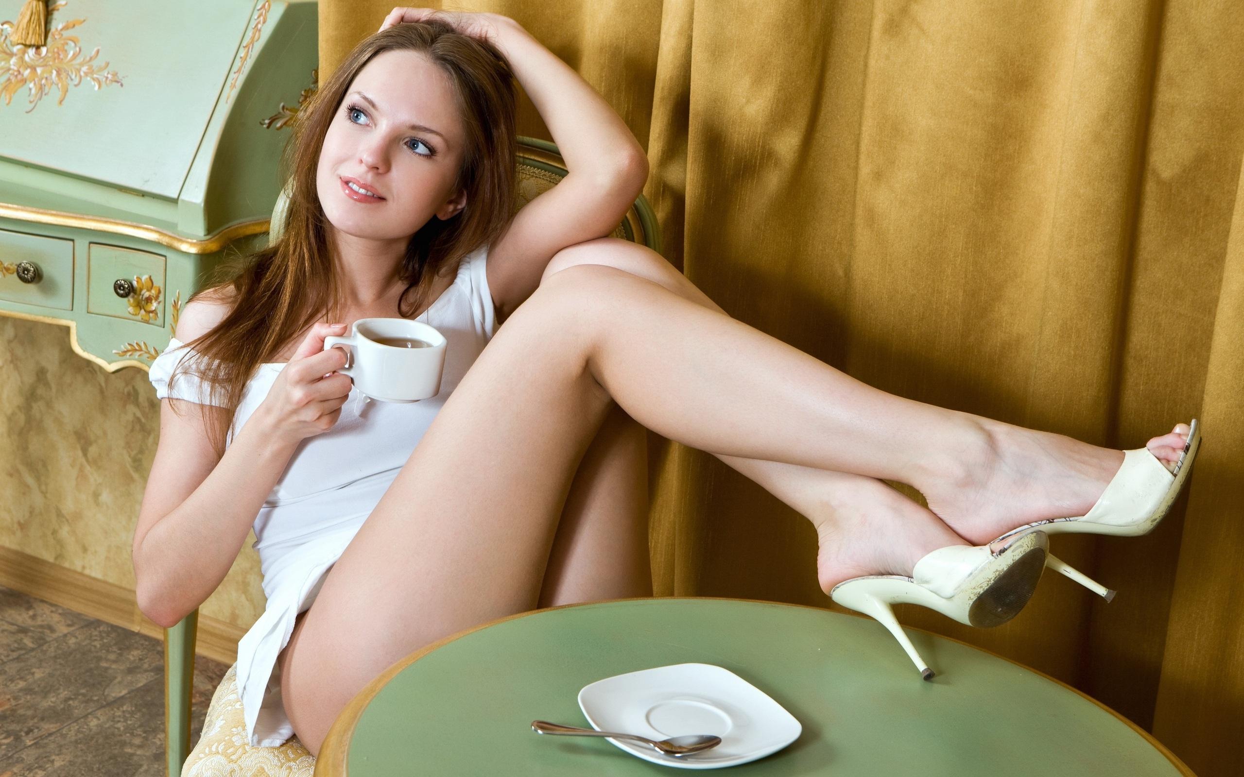 Худощавая европейка раздевается у плетённого кресла  315177