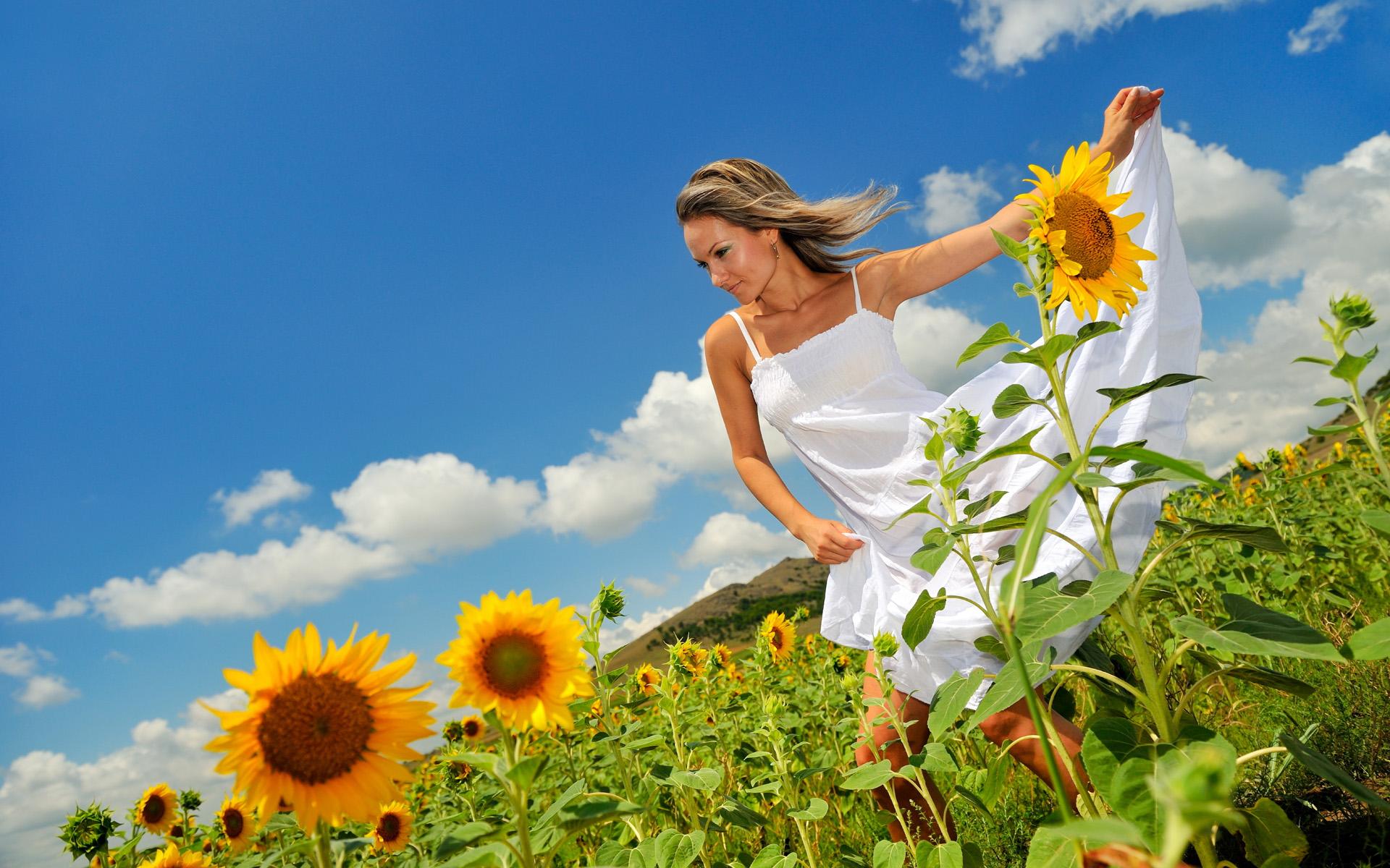 девушка природа белое платье цветы желтые  № 3832641 без смс