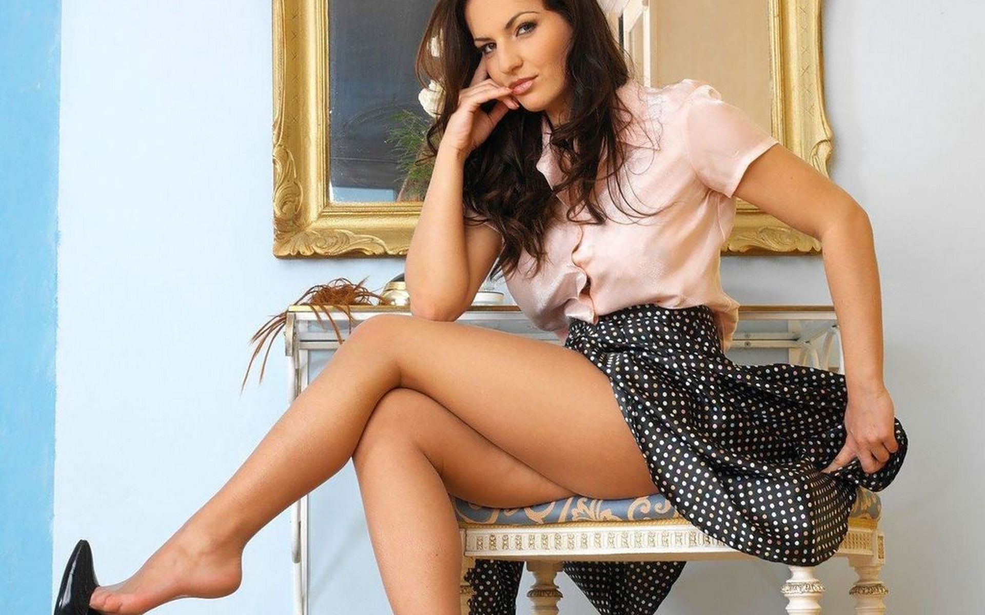 Секс в колготках в юбке сидит на коленках 5 фотография
