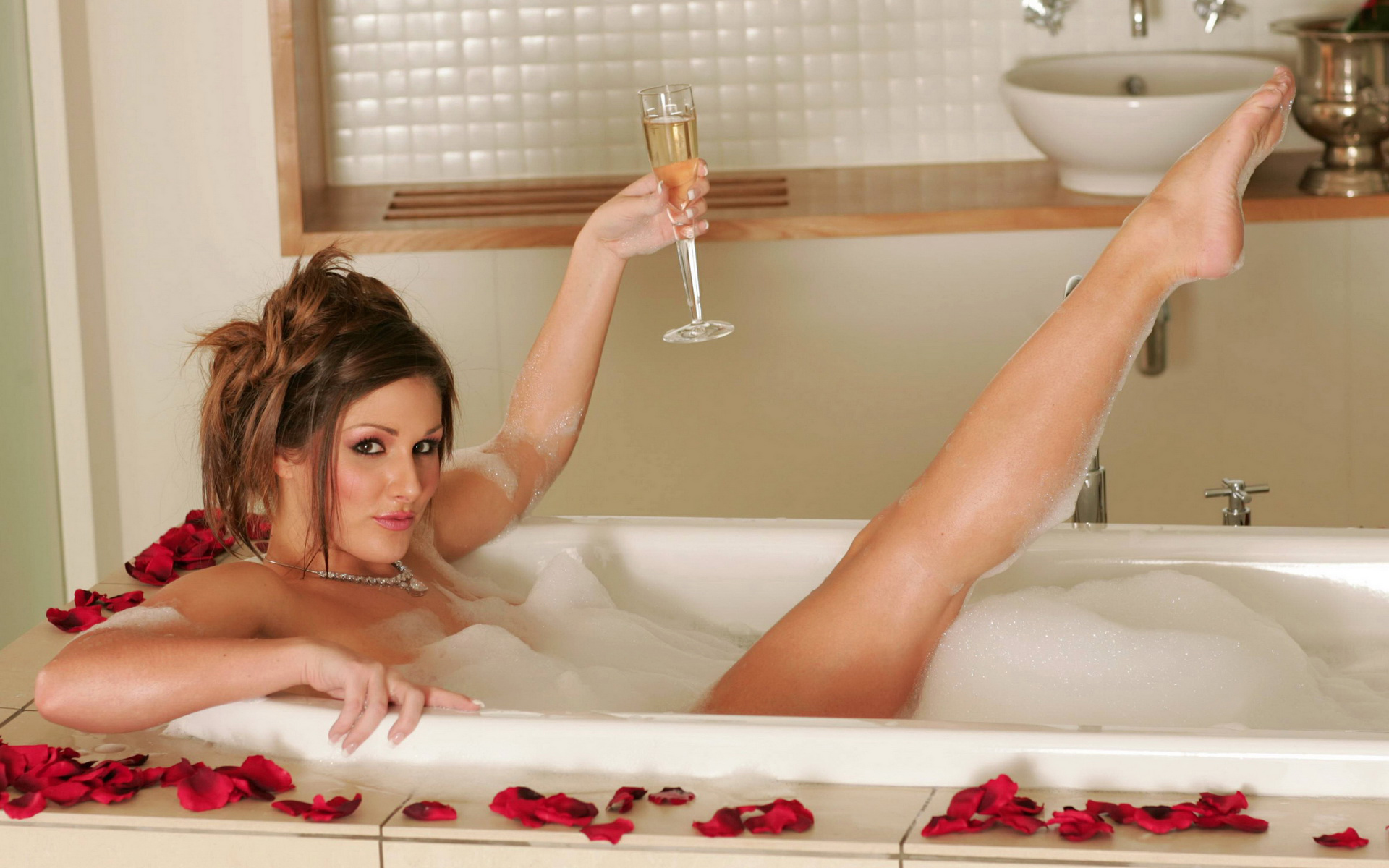 Грудастая девушка принимает ванну после вечеринки  258526