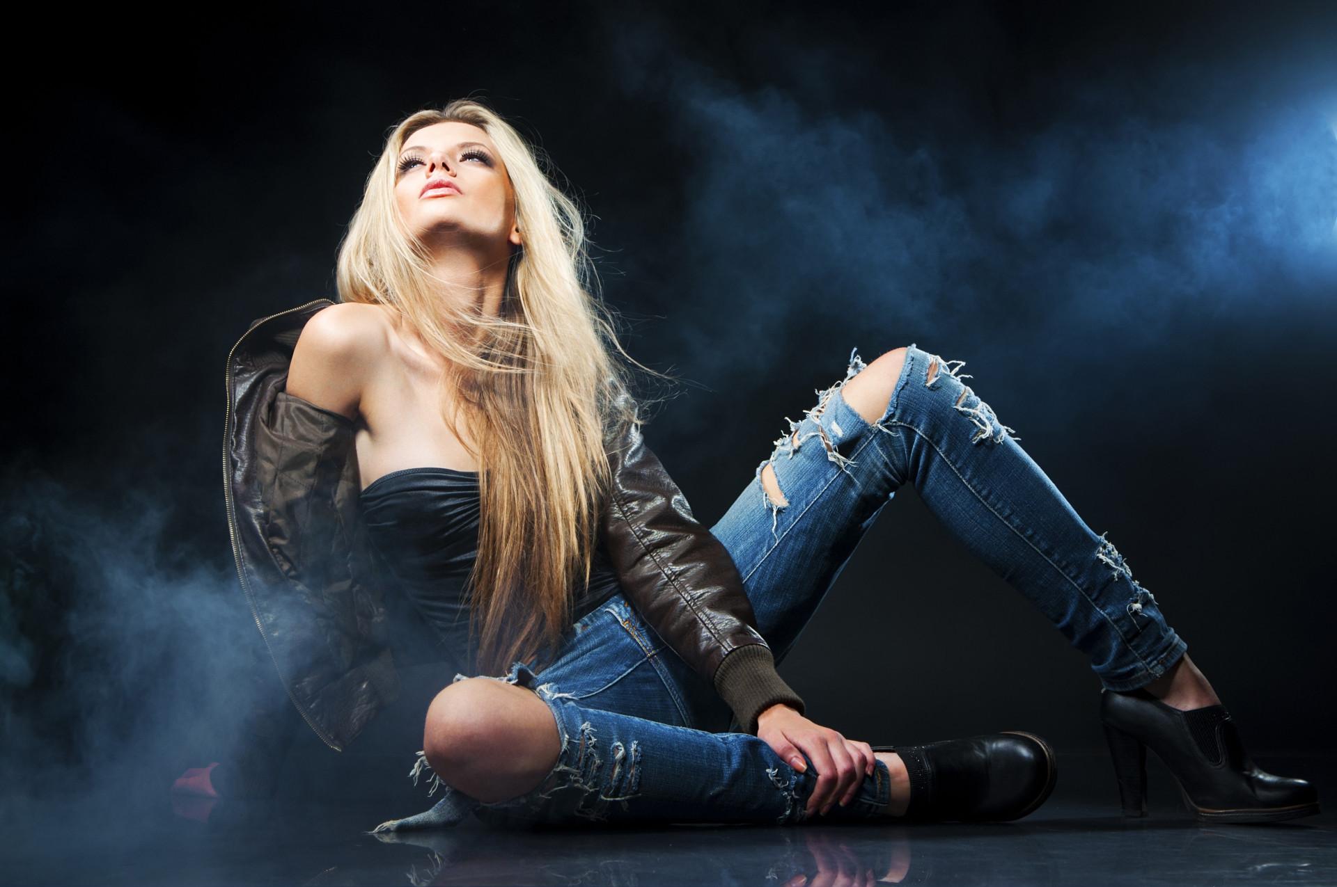 Девушка в джинсовой курточке бесплатно