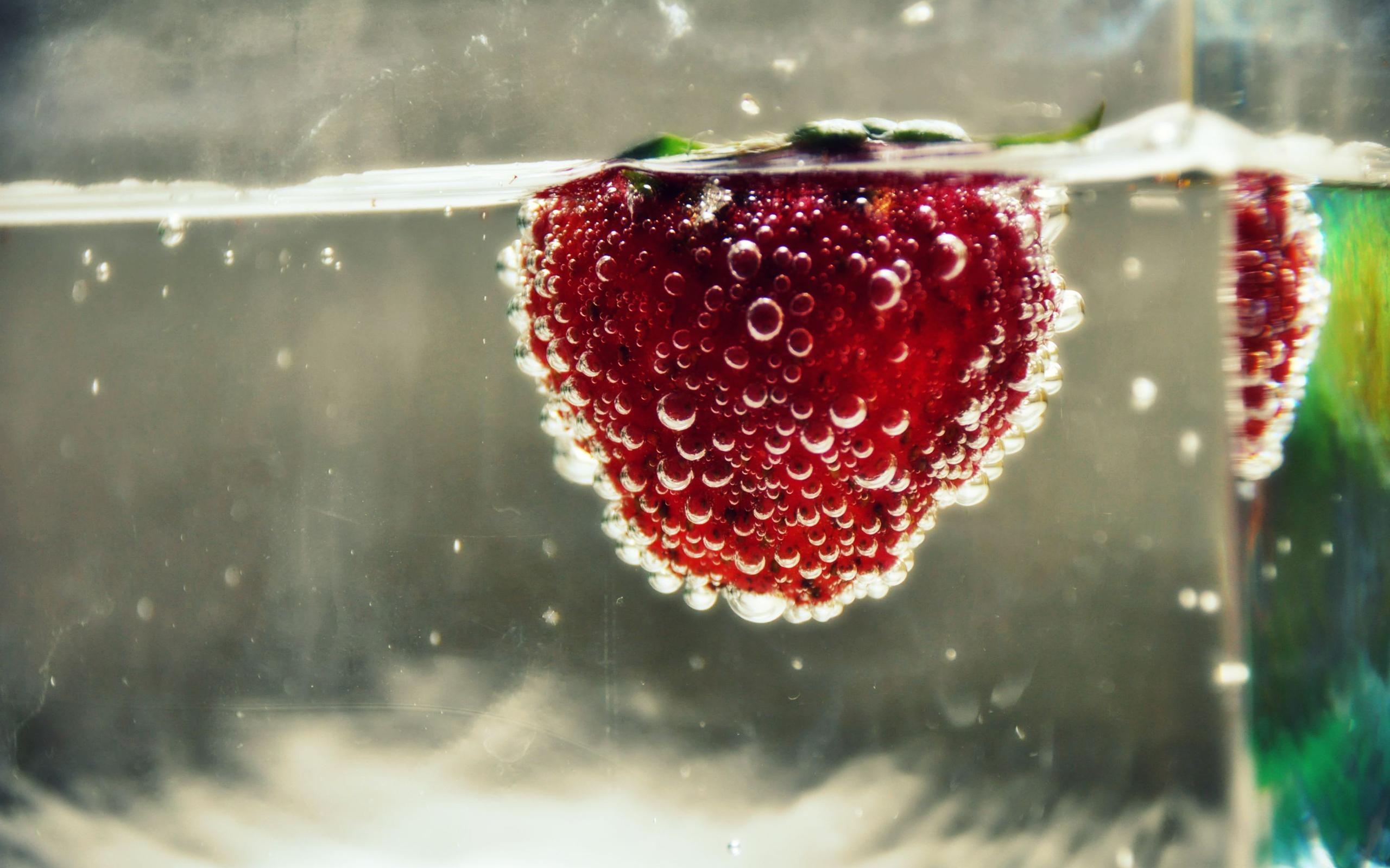 Клубника в стаканах с водой загрузить