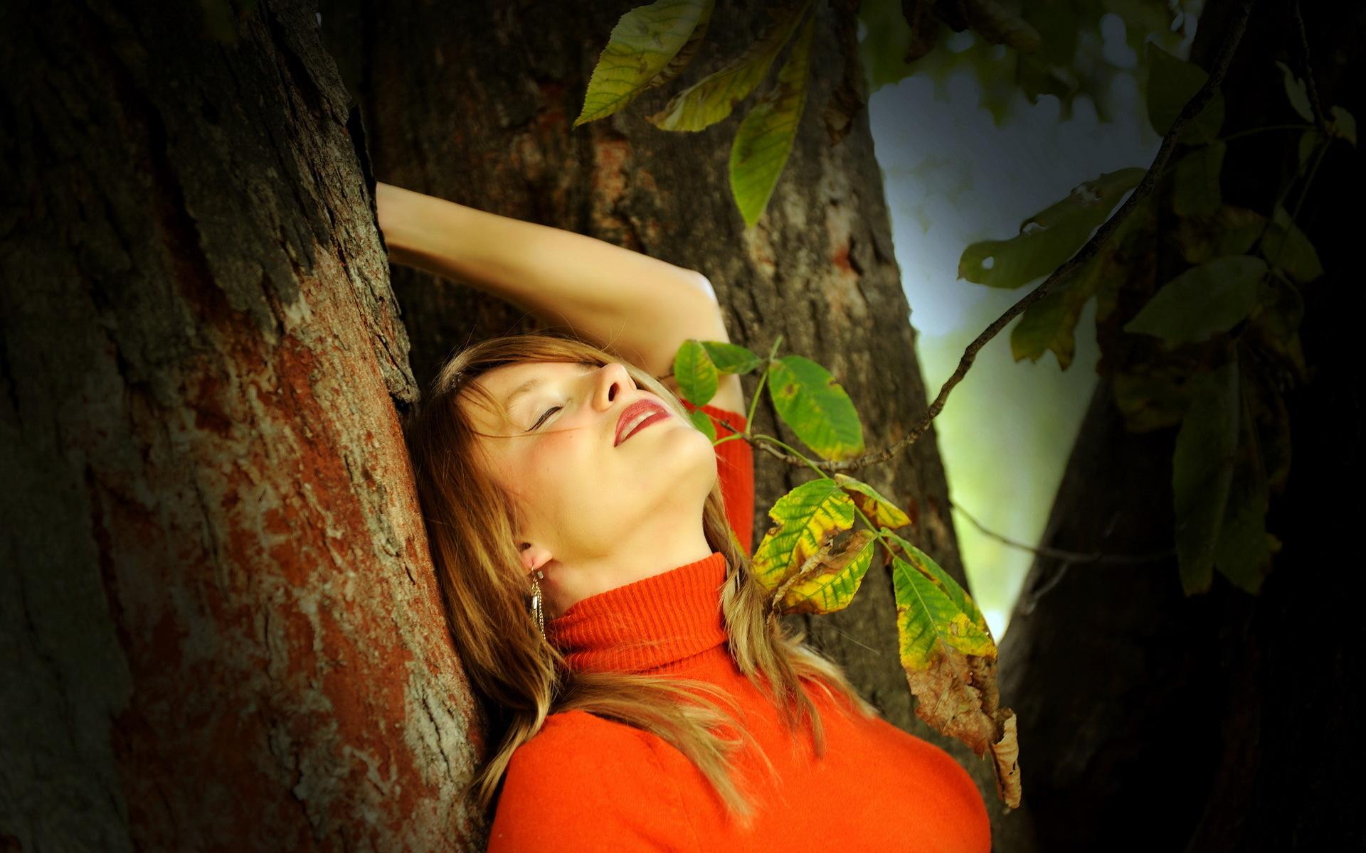 Девушка у дерева скачать