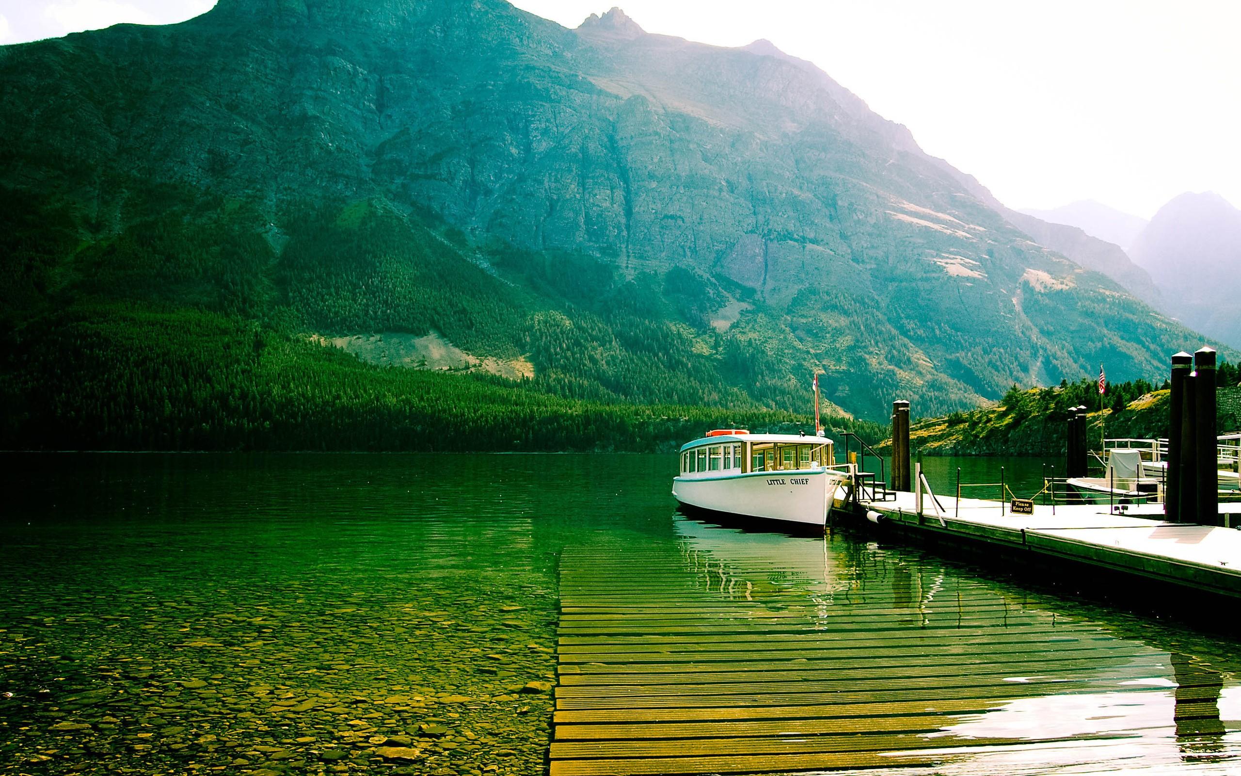 На лодке в горном озере  № 3062416 бесплатно