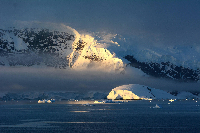 Антарктида ночью вертикальный фото