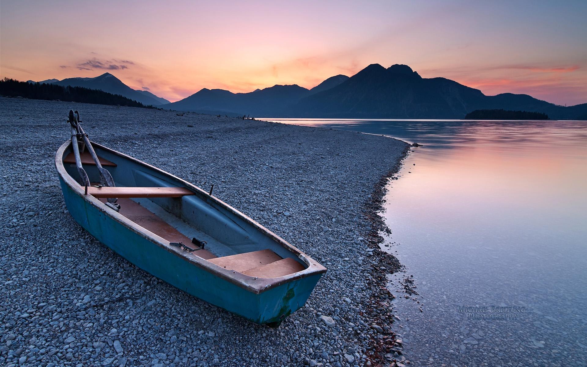 Лодка на берегу зеленого озера  № 2493051 без смс