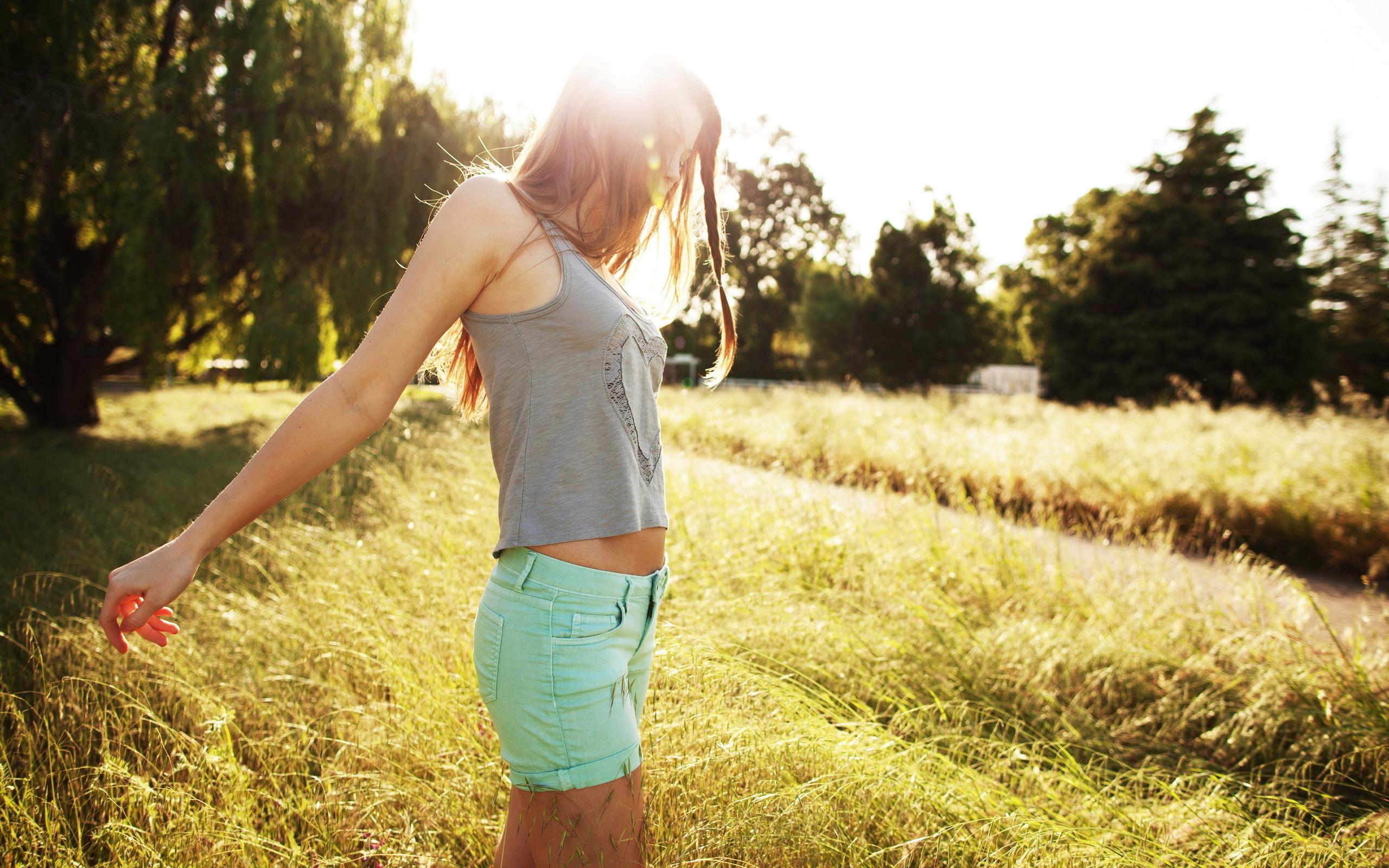 Нежная блондинка гуляет в поле жарким летом и раздевается  439839