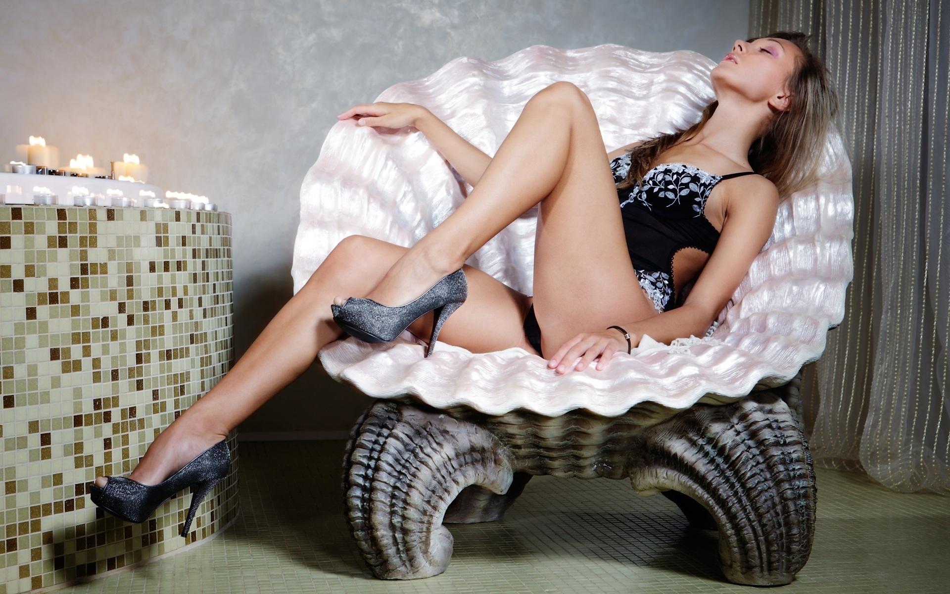 Худощавая европейка раздевается у плетённого кресла  315151