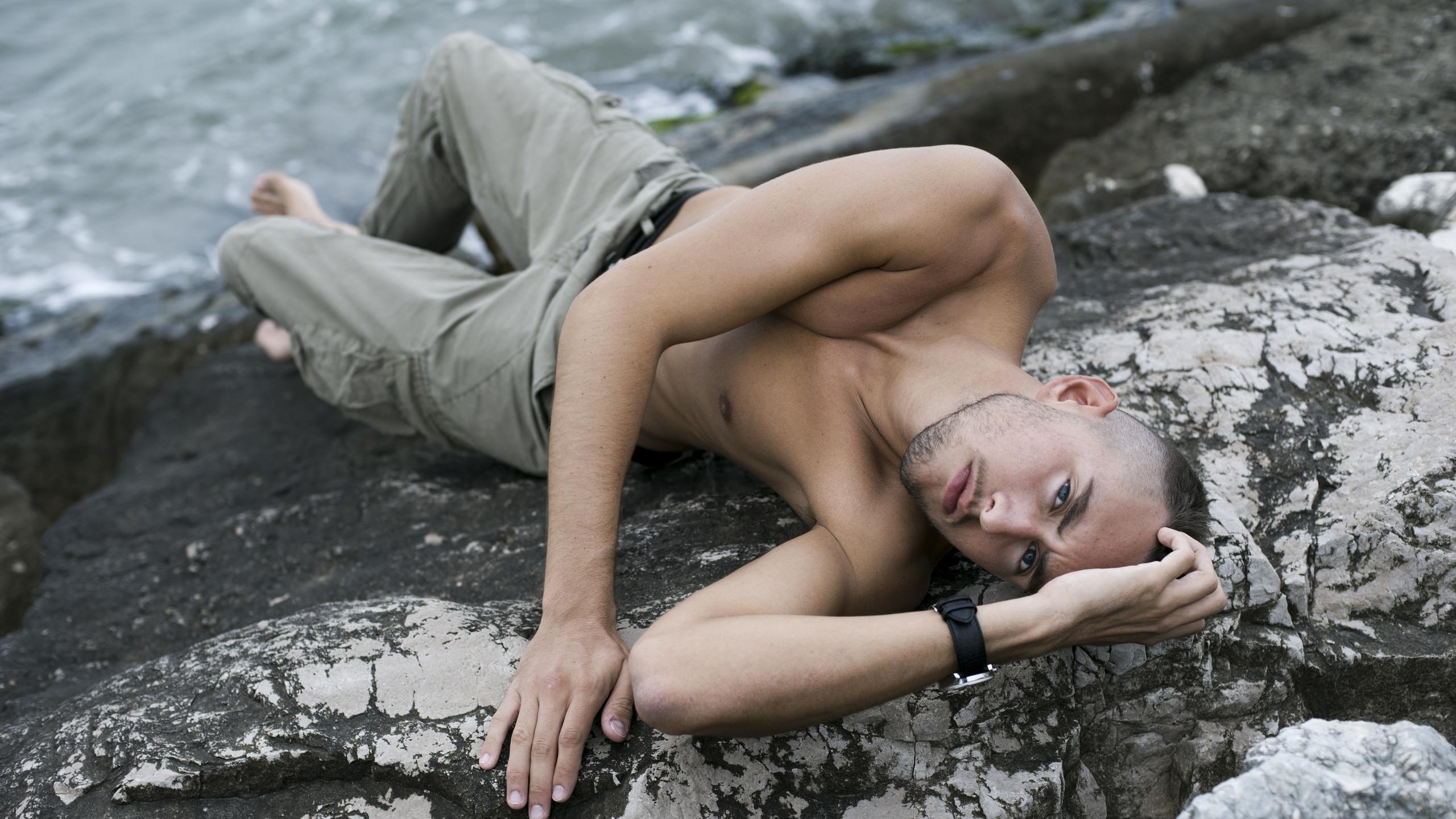 Парень фотографирует голую подружку у скалы  234494