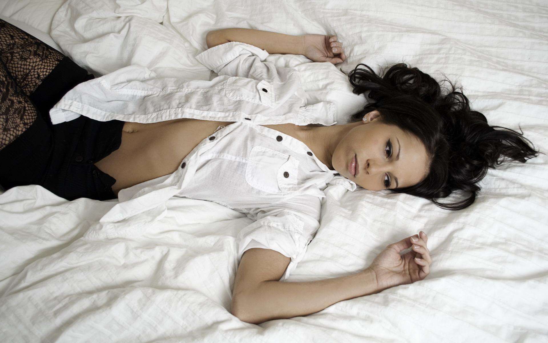 Счастливая женщина на постели в белых чулках  408976
