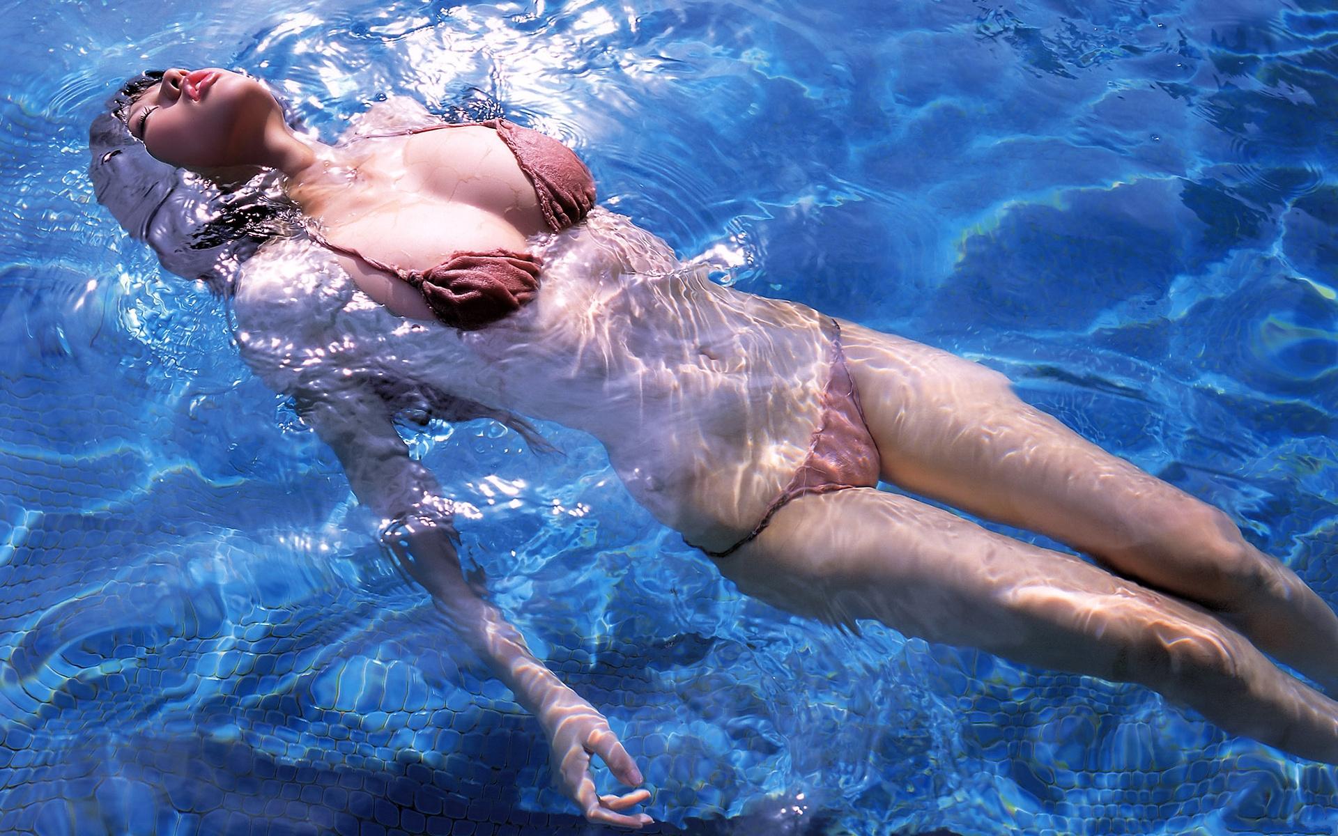 Молодая красавица снимается на булыжниках в воде  45997