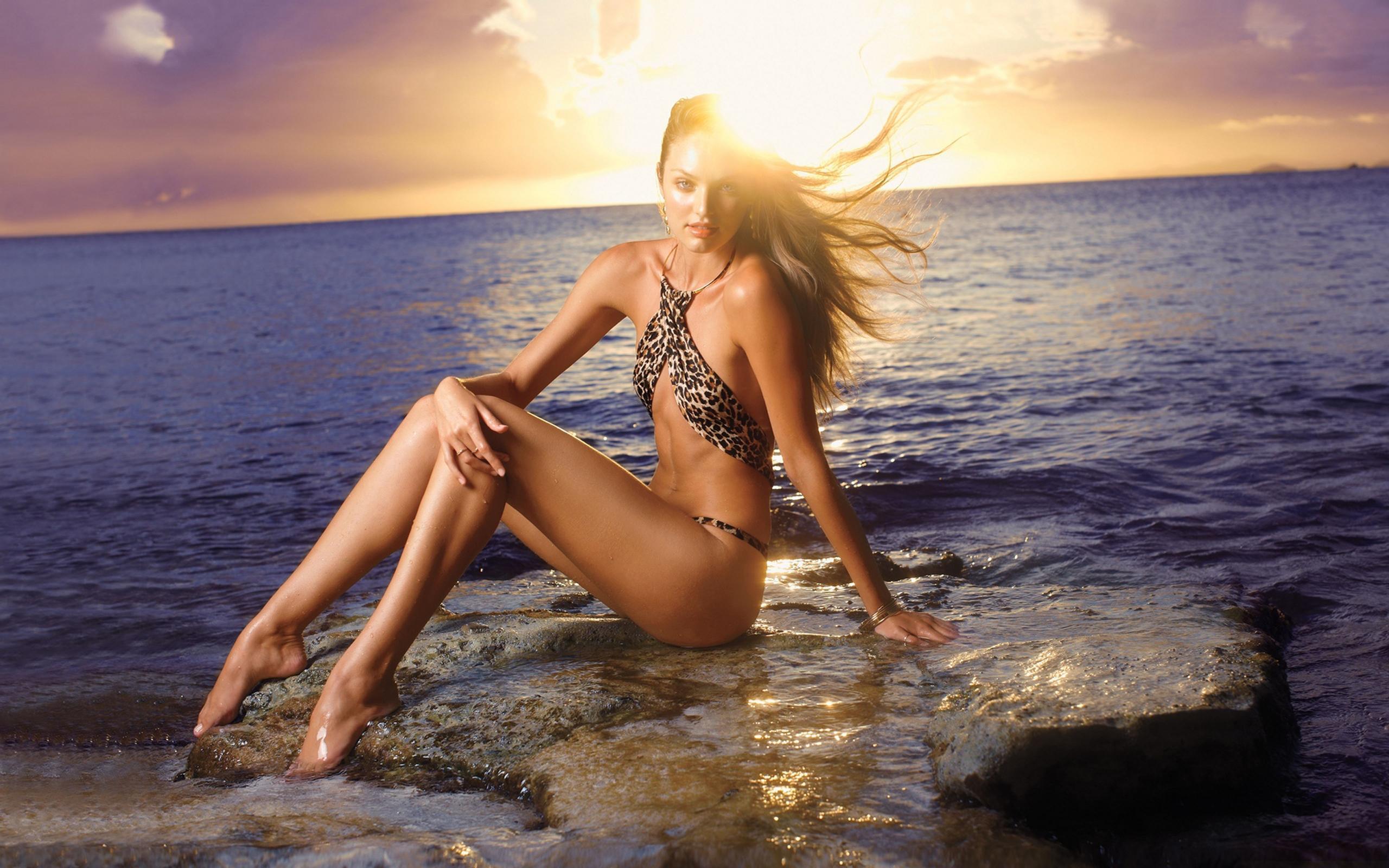 Молодая блонда позирует на берегу моря  116595