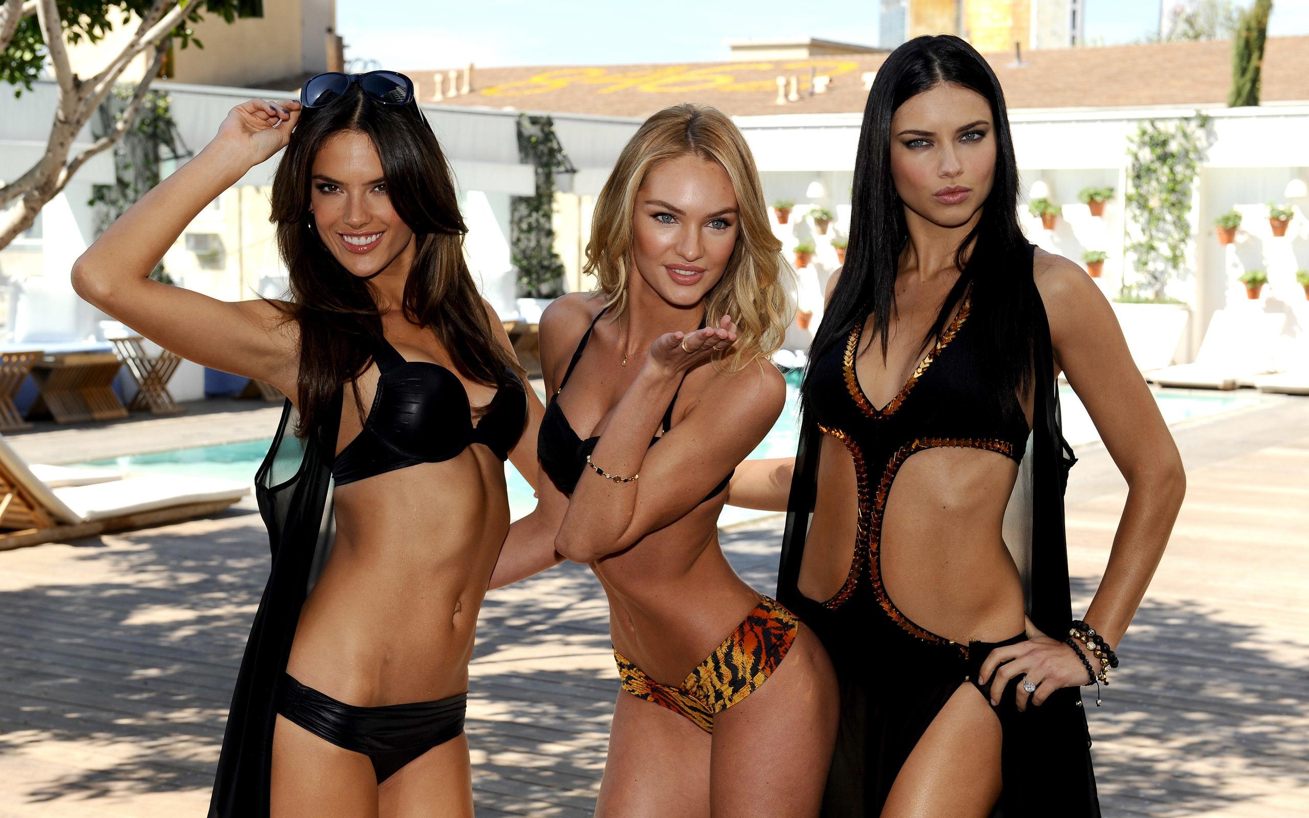 Трое девушек с одним фото