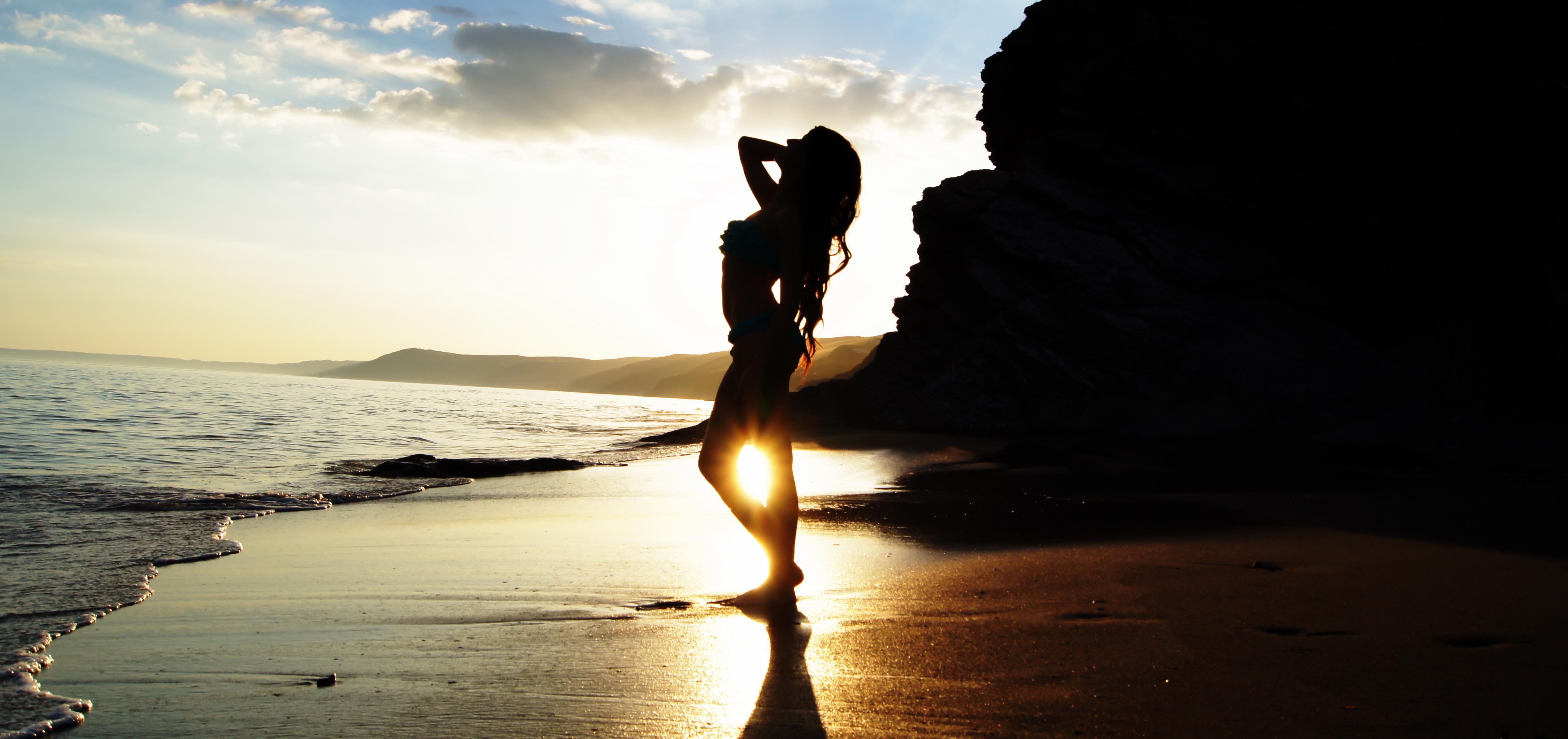 Побережье девушка природа солнце скачать