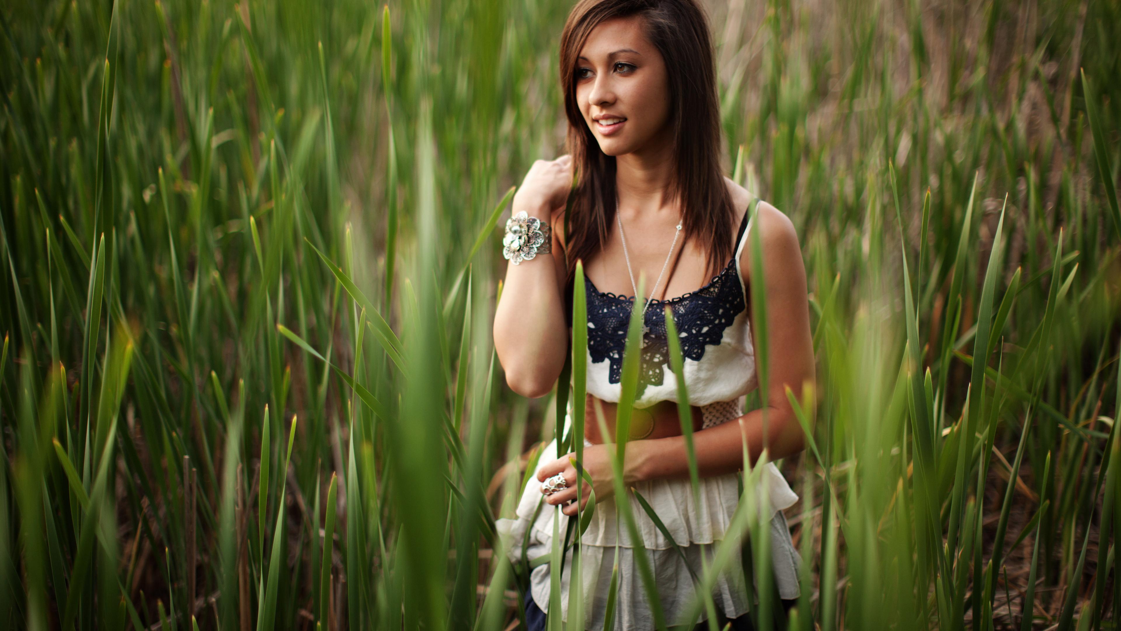 Девушка в траве  № 559880  скачать