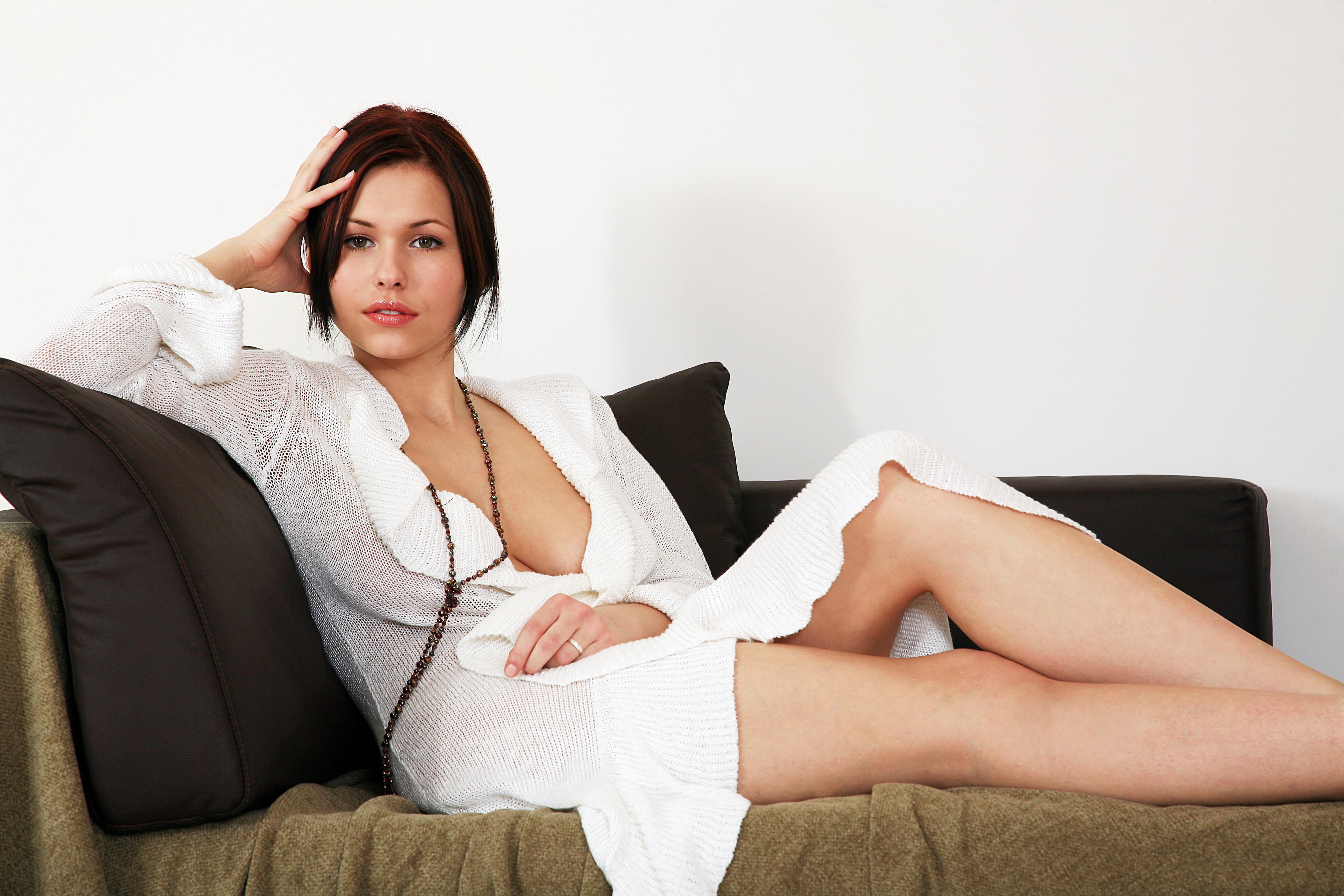 Экспрессивная девушка снимает халат и показывает киску  638766