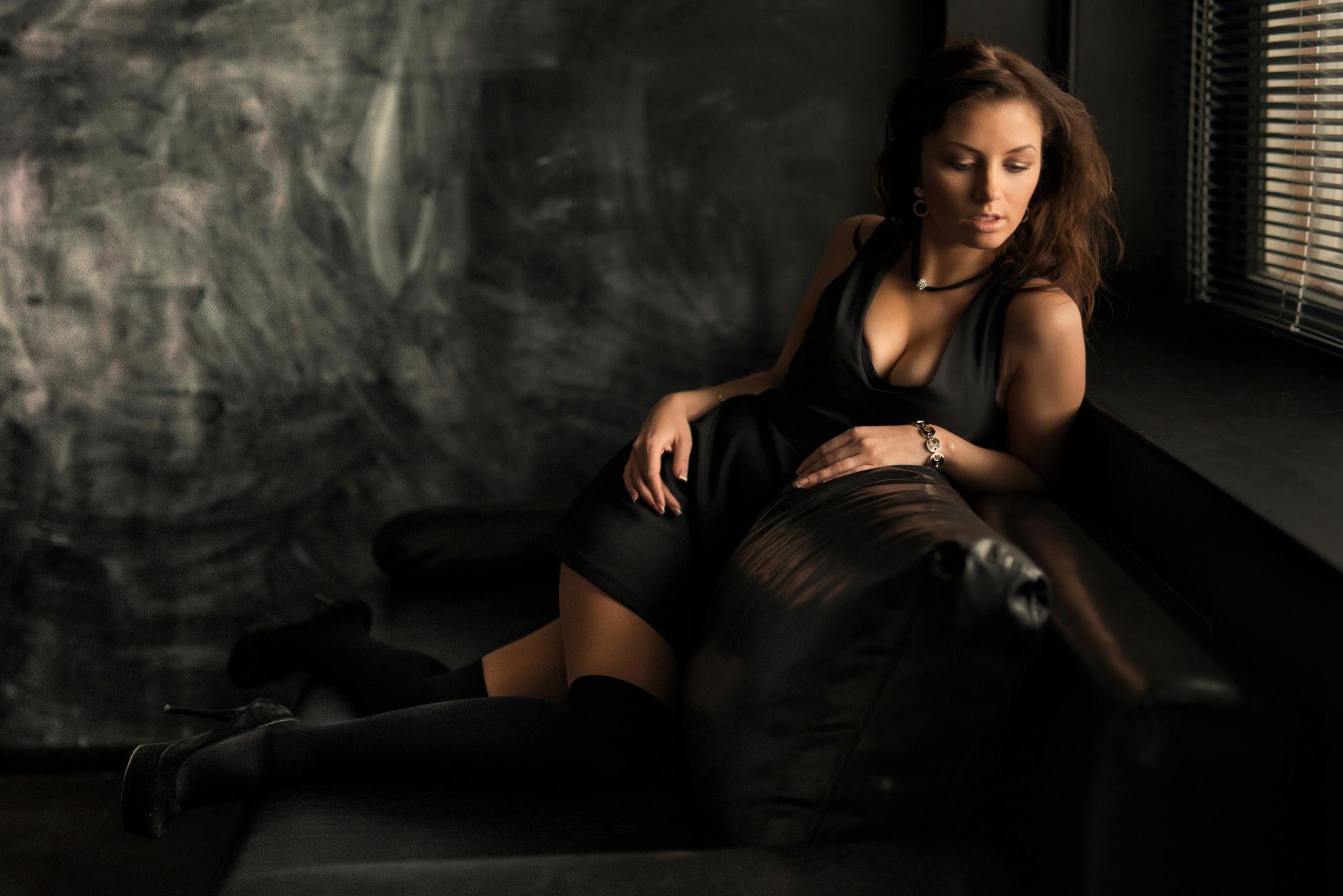 девушка брюнетка черное платье загрузить