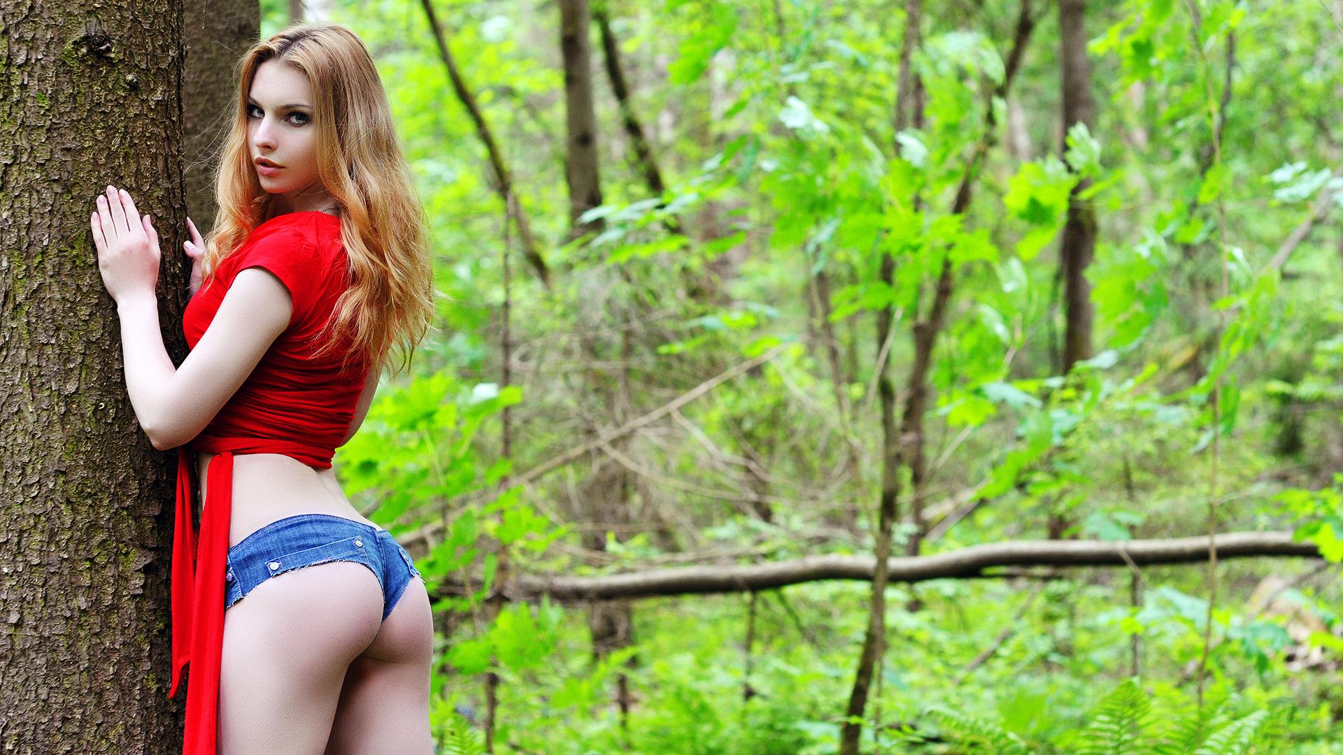 Рыжеволосую малышку друг фотографирует голой в лесу  270119