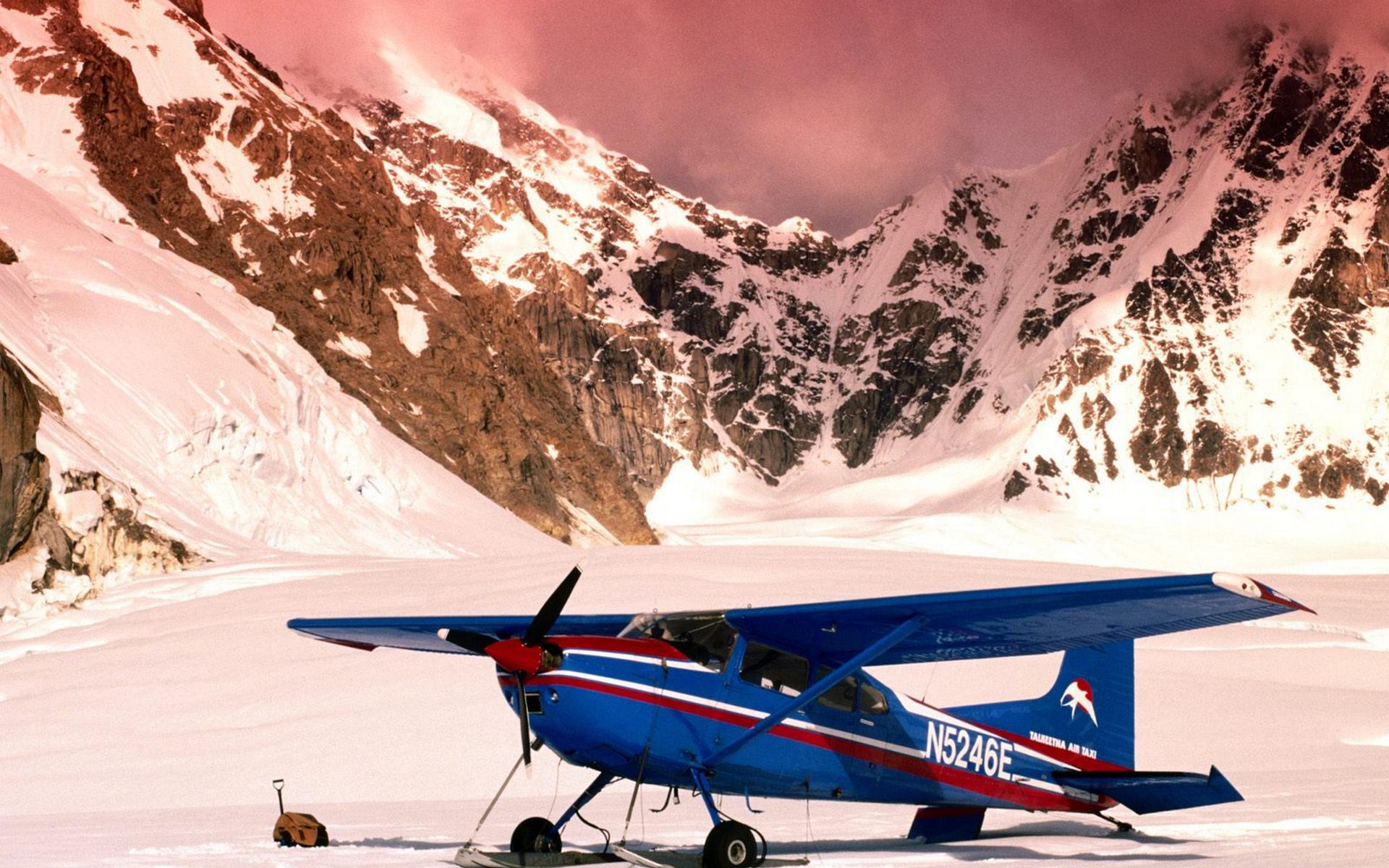 Истребитель над снежными вершинами загрузить