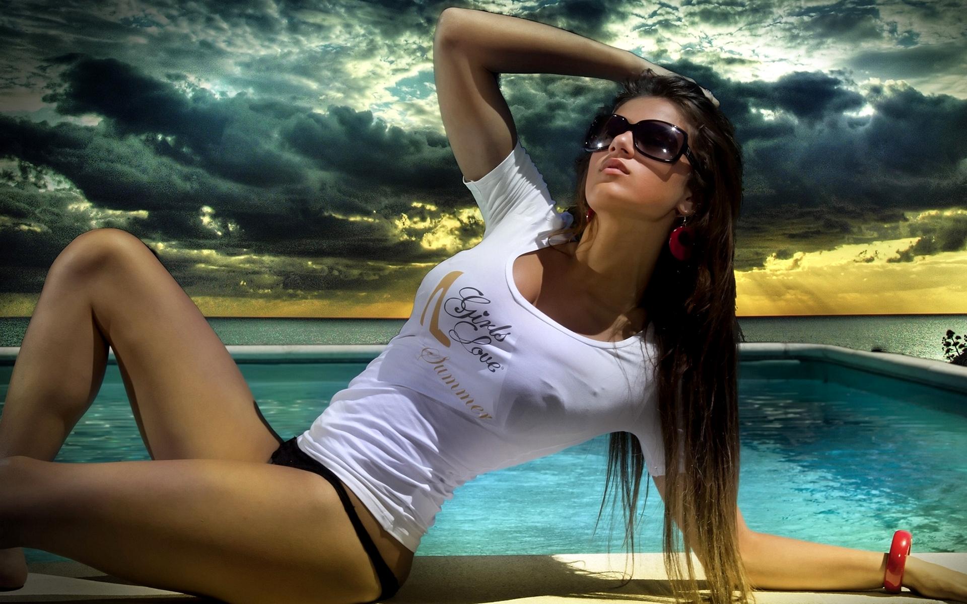обворожительная брюнетка в солнечных очках загрузить