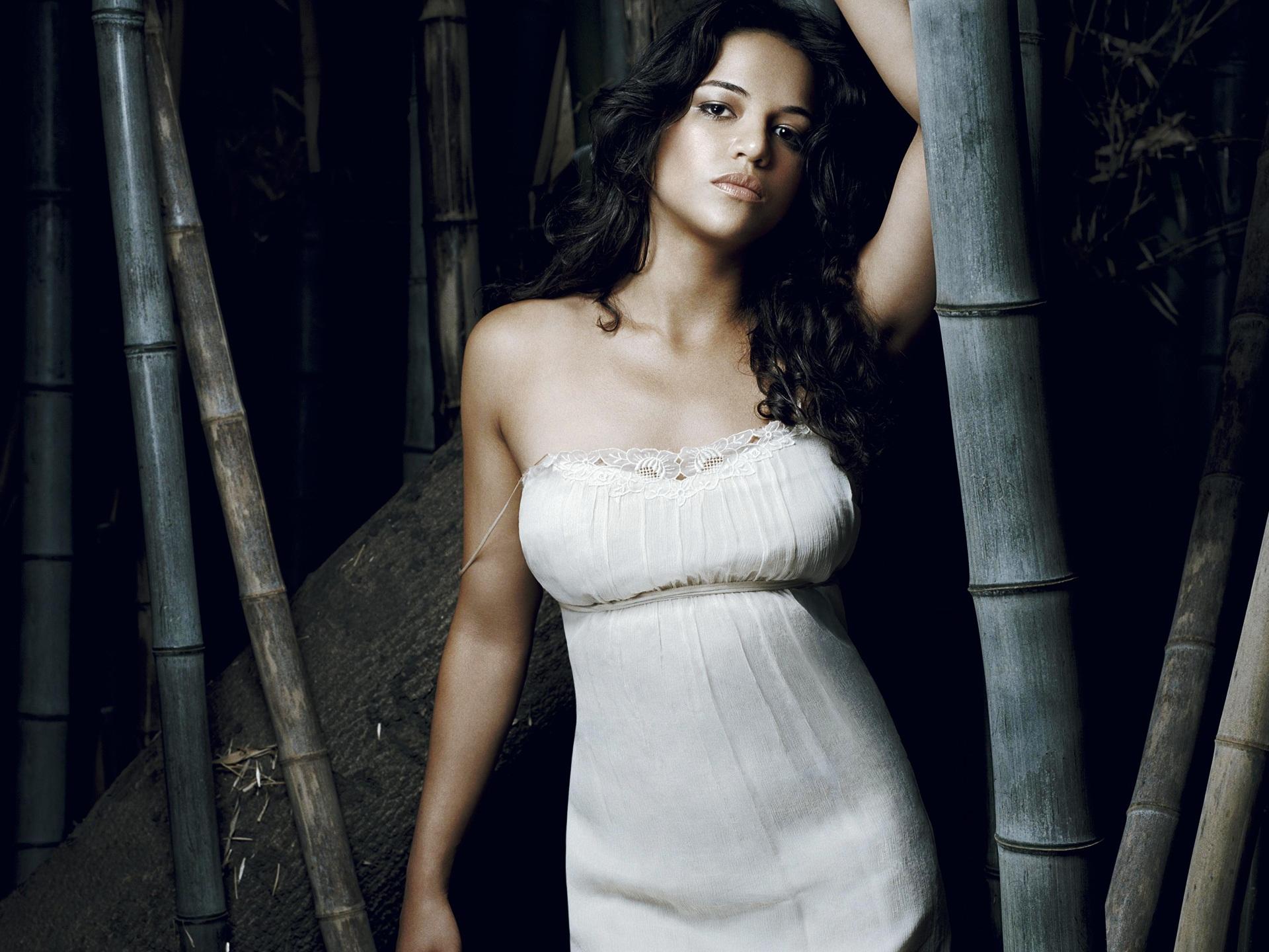 Michelle Rodriguez в белом топике у дерева загрузить