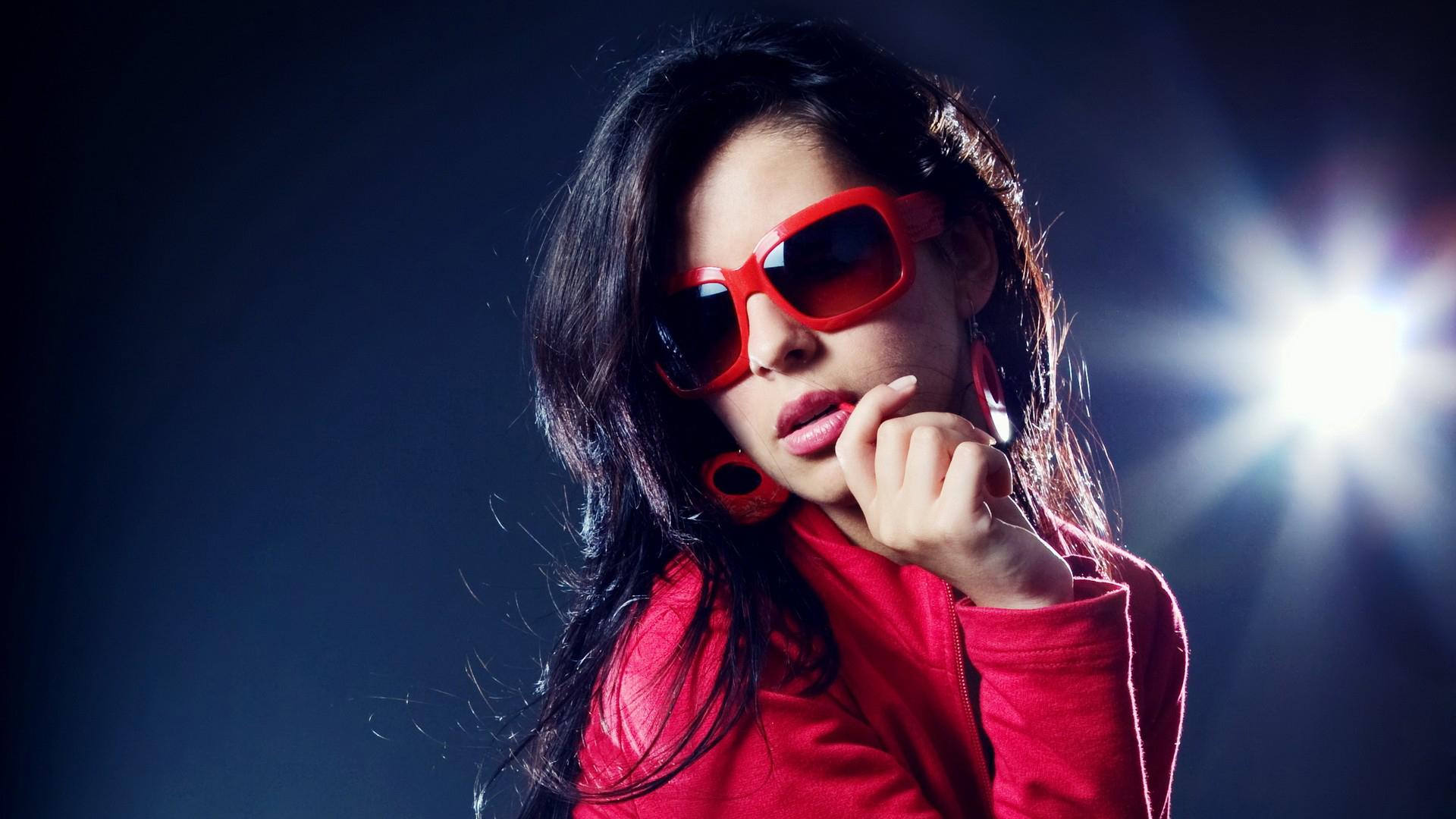 Девушка в темных очках бесплатно