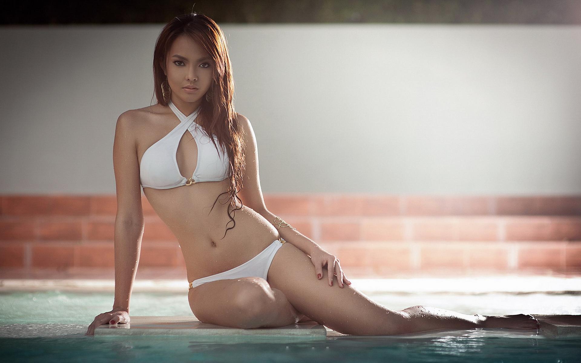 Hot brunette female Rachel Starr removes her sexy bikini in swimming pool  387516